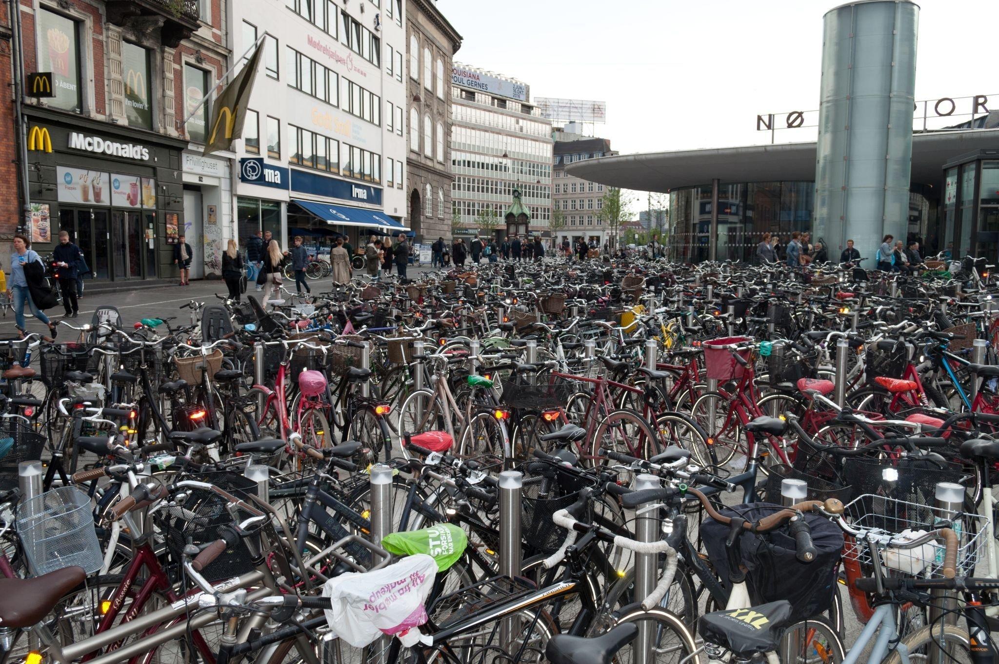 Zahlreiche Fahrräder auf einem Parkpklatz