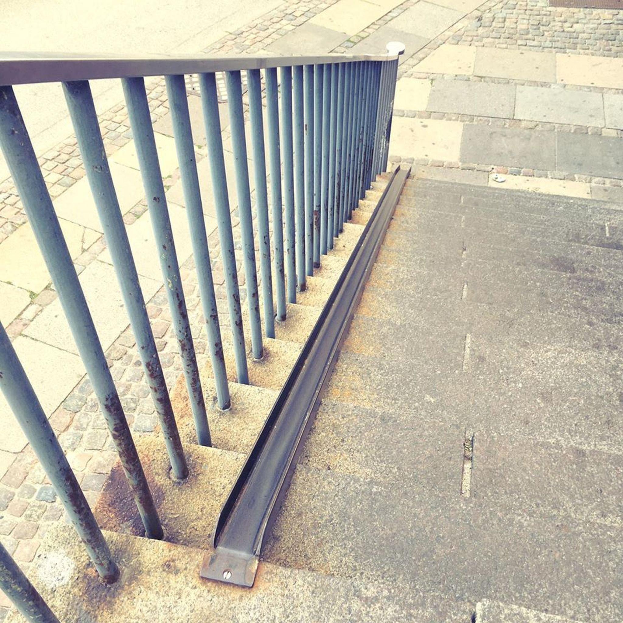 Das Bild zeigt eine Treppe, bei der ein Rad über eine spezielle Rinnen einfach die Treppen hinunter und hoch befördert werden kann. Man muss das Rad also nicht tragen.