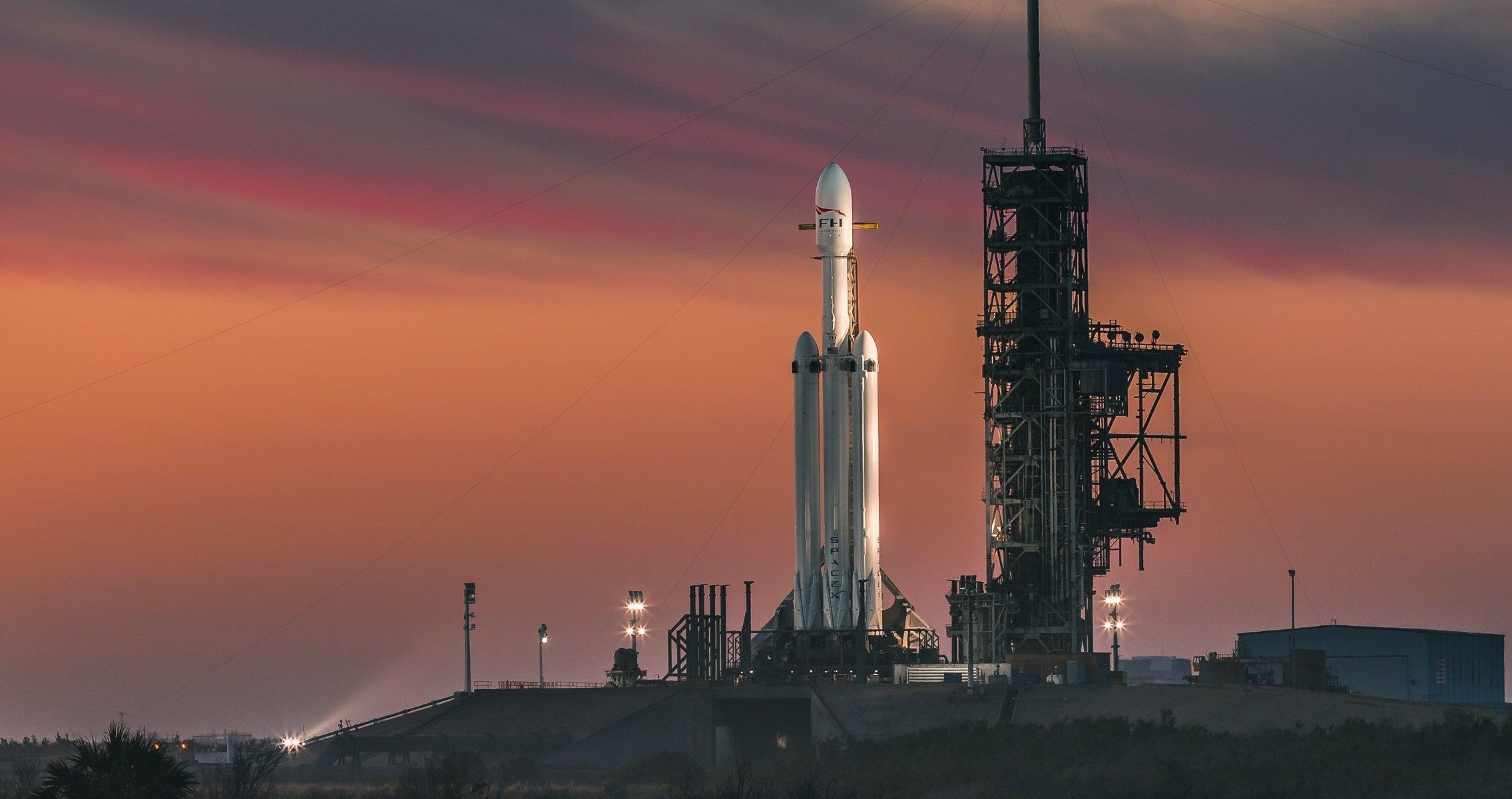 Rakete Falcon Heavy auf dem Startplatz