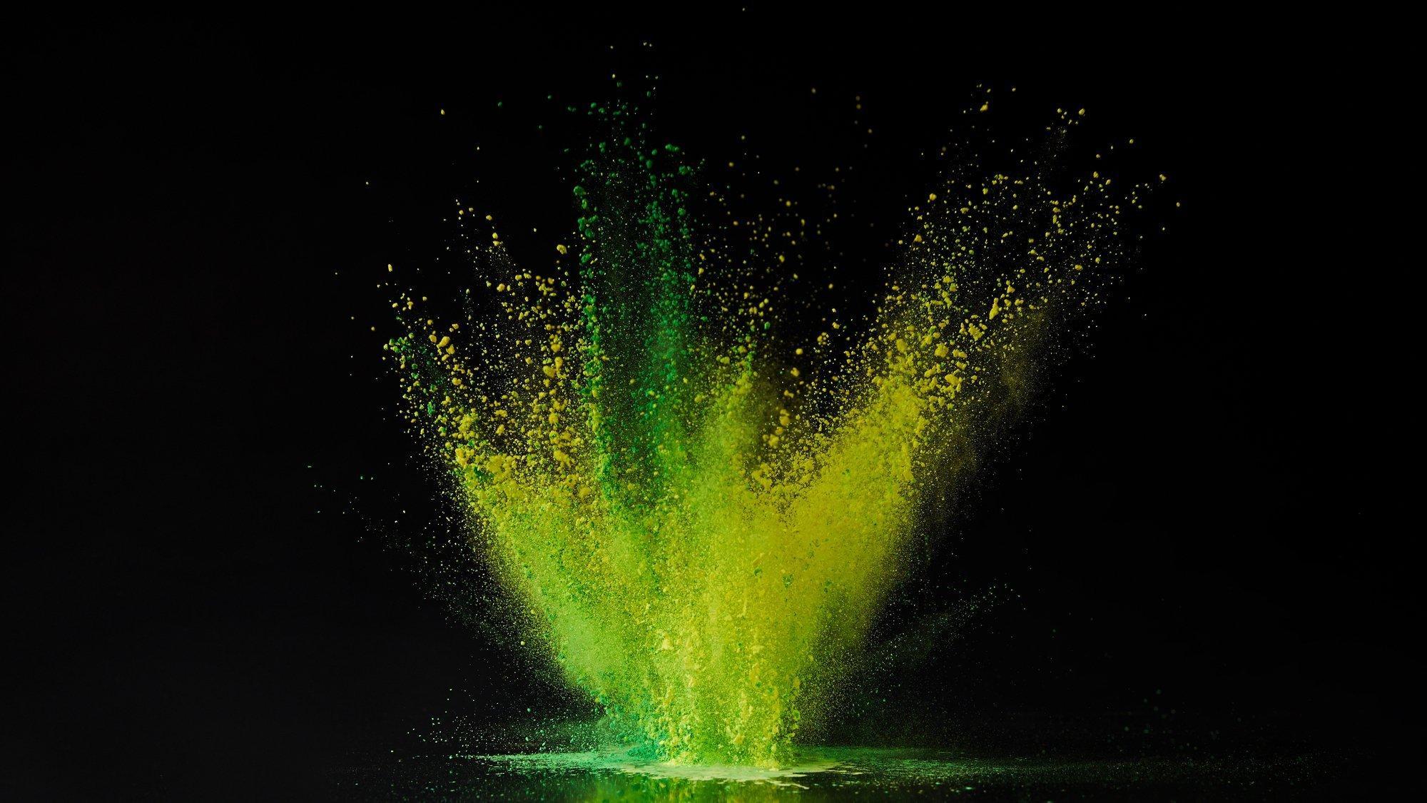 Fotomontage einer Wasseroberfläche, aus der grüne und gelbe Tropfen emporschießen