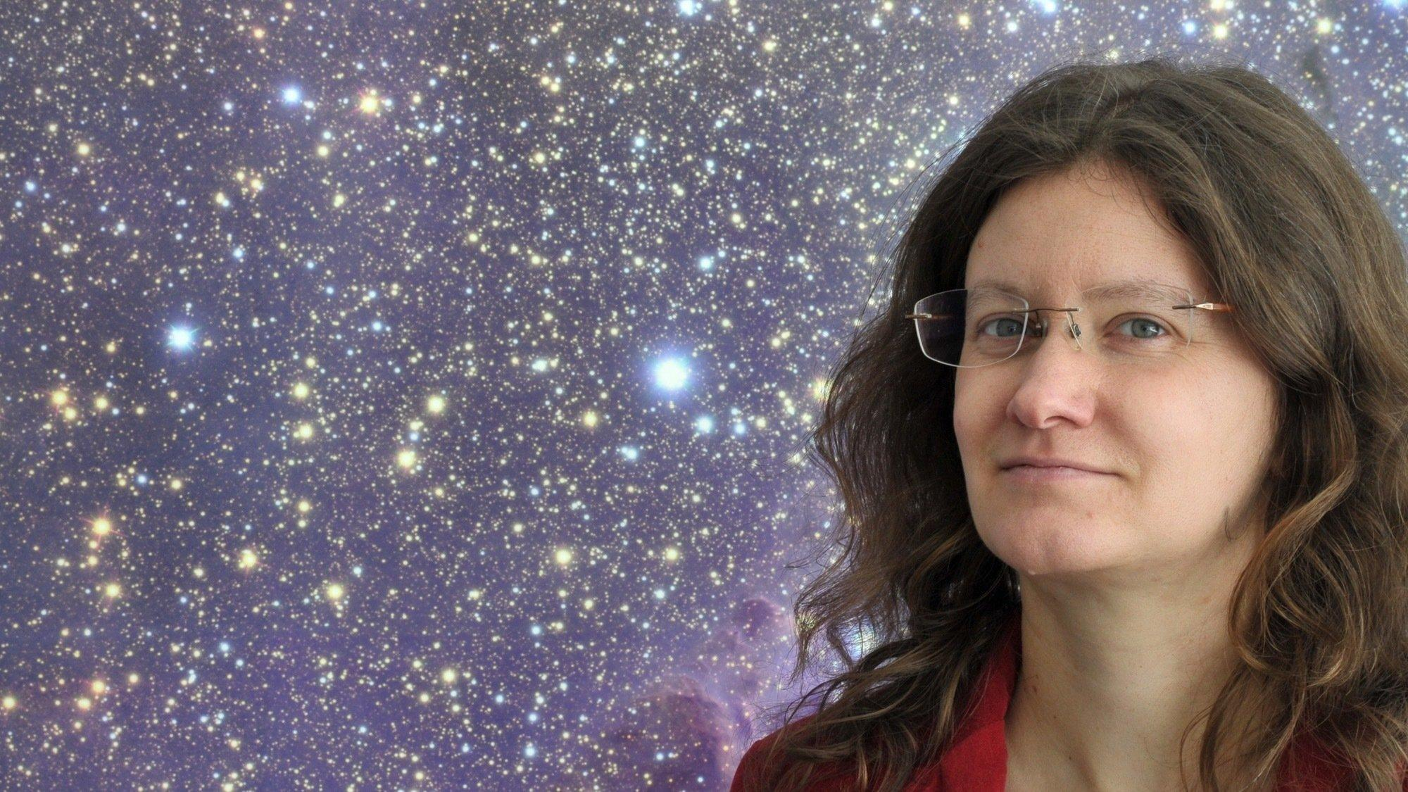 Portrait von Felicitas Mokler vor einem Bild mit Sternenhimmel