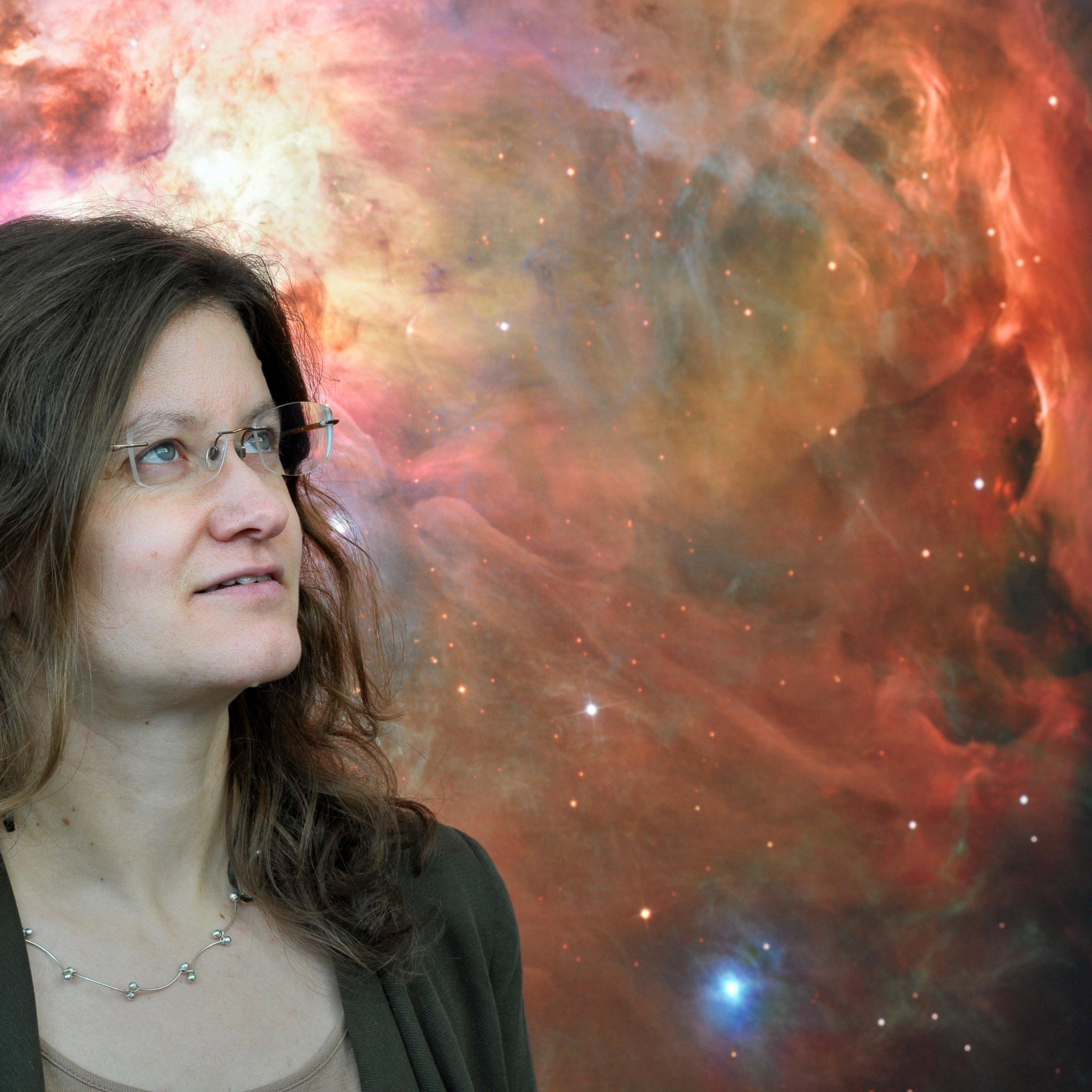 Eine Aufnahme von Felicitas Mokler. Der Hintergrund ist ein Bild aus dem Weltraum