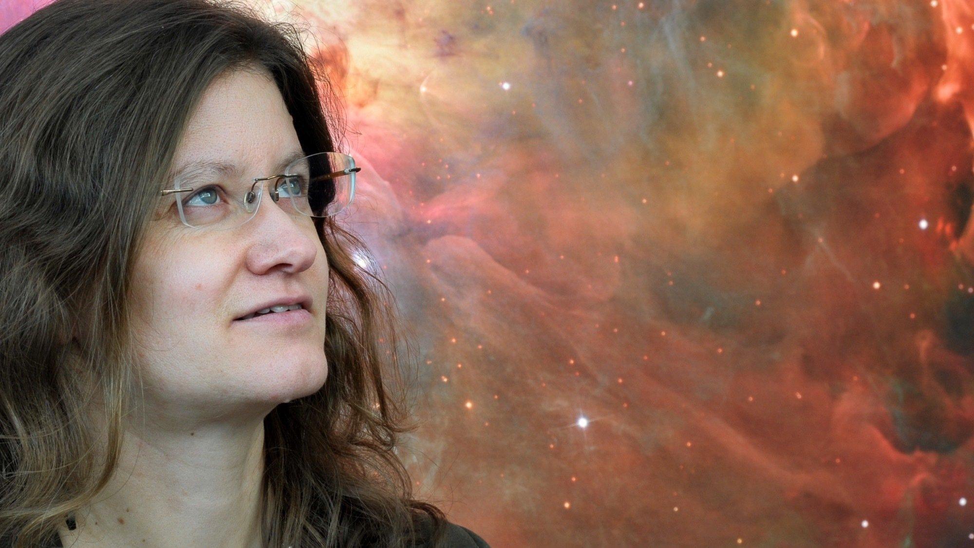 Portrait von Felicitas Mokler vor einem Bild aus dem Weltraum