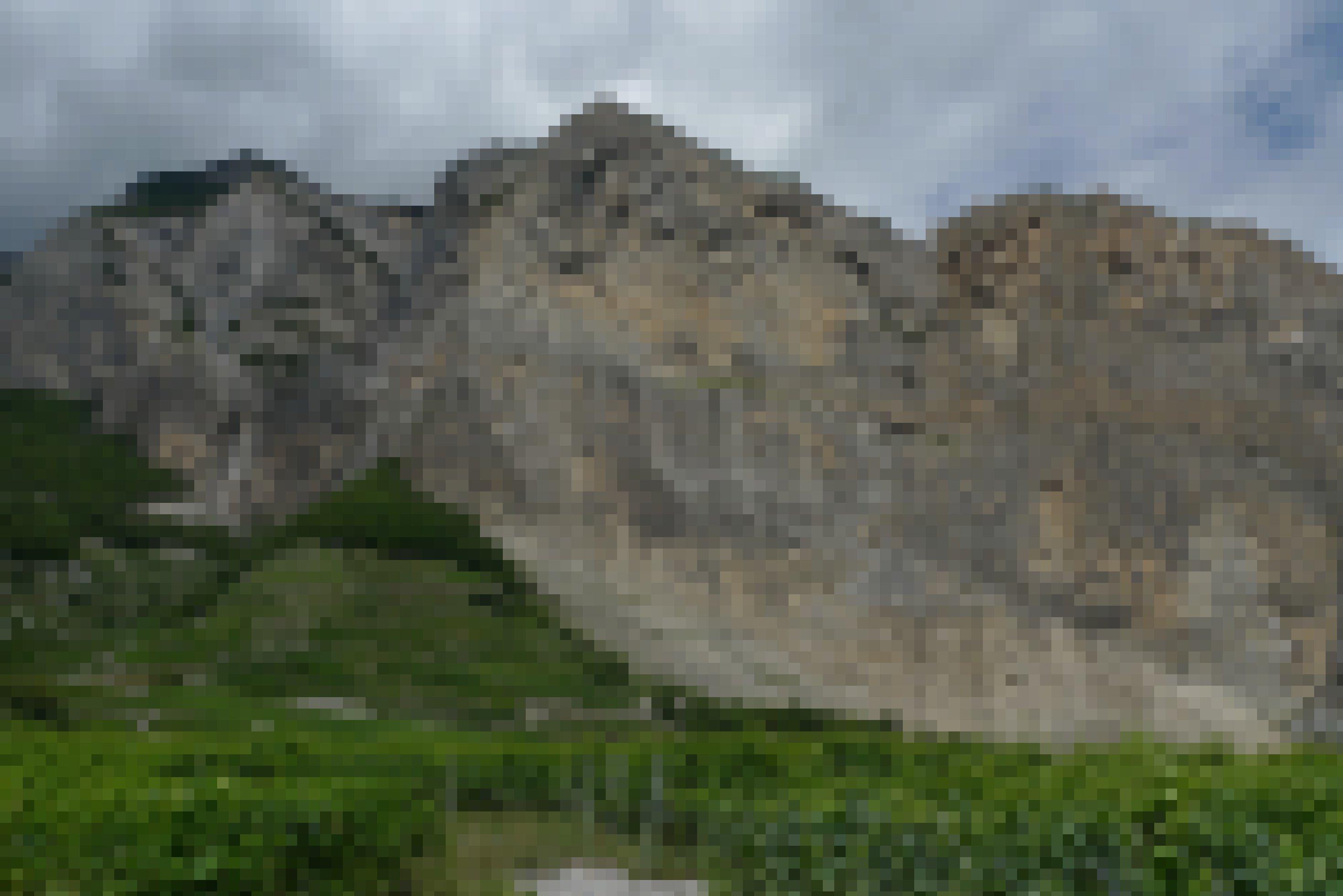 Die steile Felswand des Six du Gru im Kanton Wallis ist ein Brutgebiet des Alpenseglers in der Schweiz.