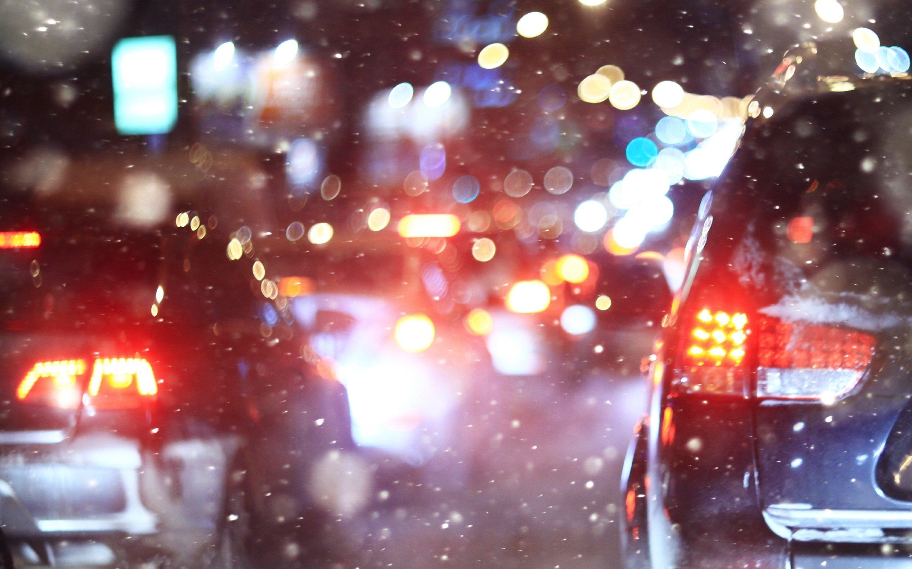 Aufnahme eines Staus im Dunkeln bei leichtem Regen.