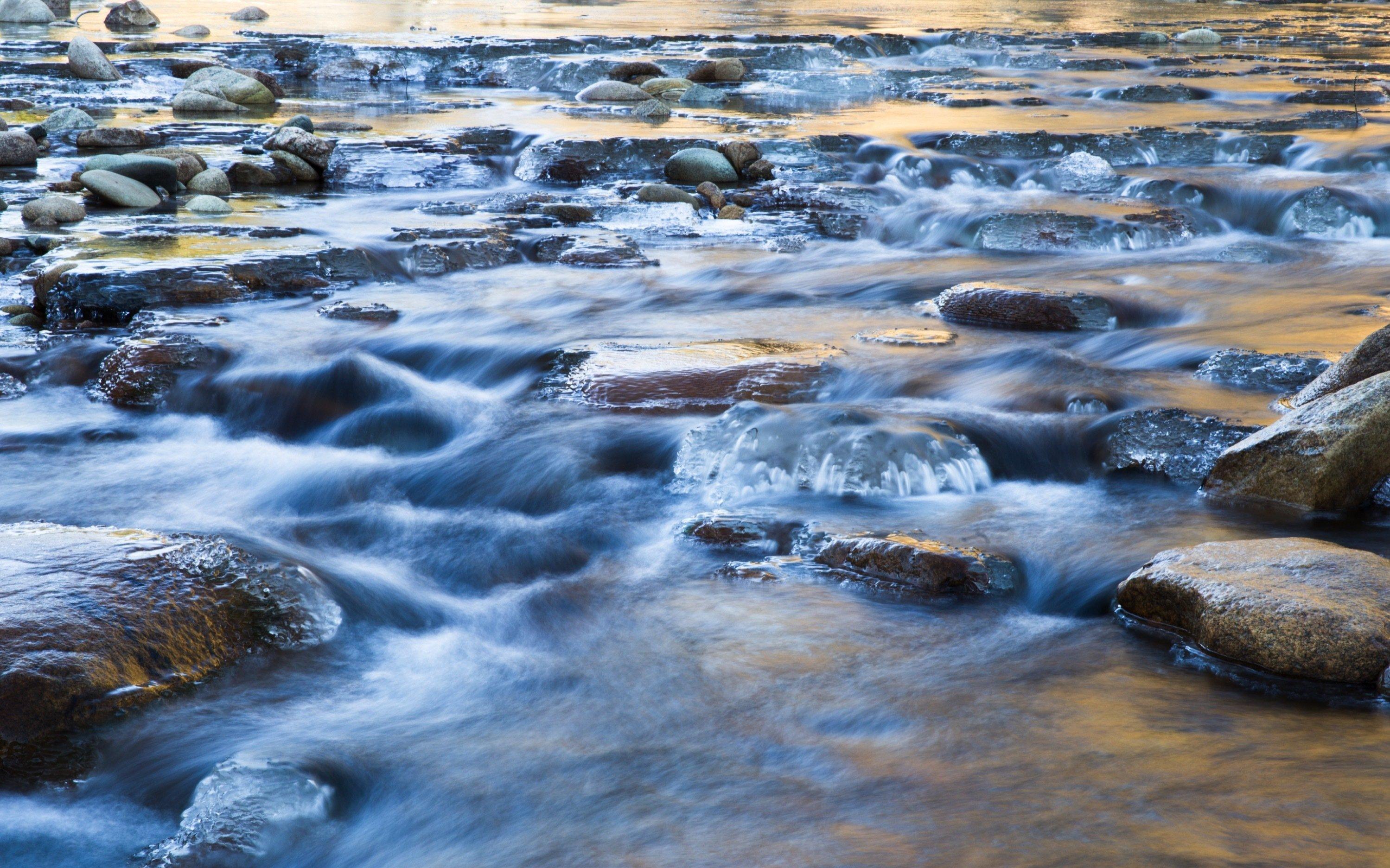 Flaches Wasser fließt über Steine.
