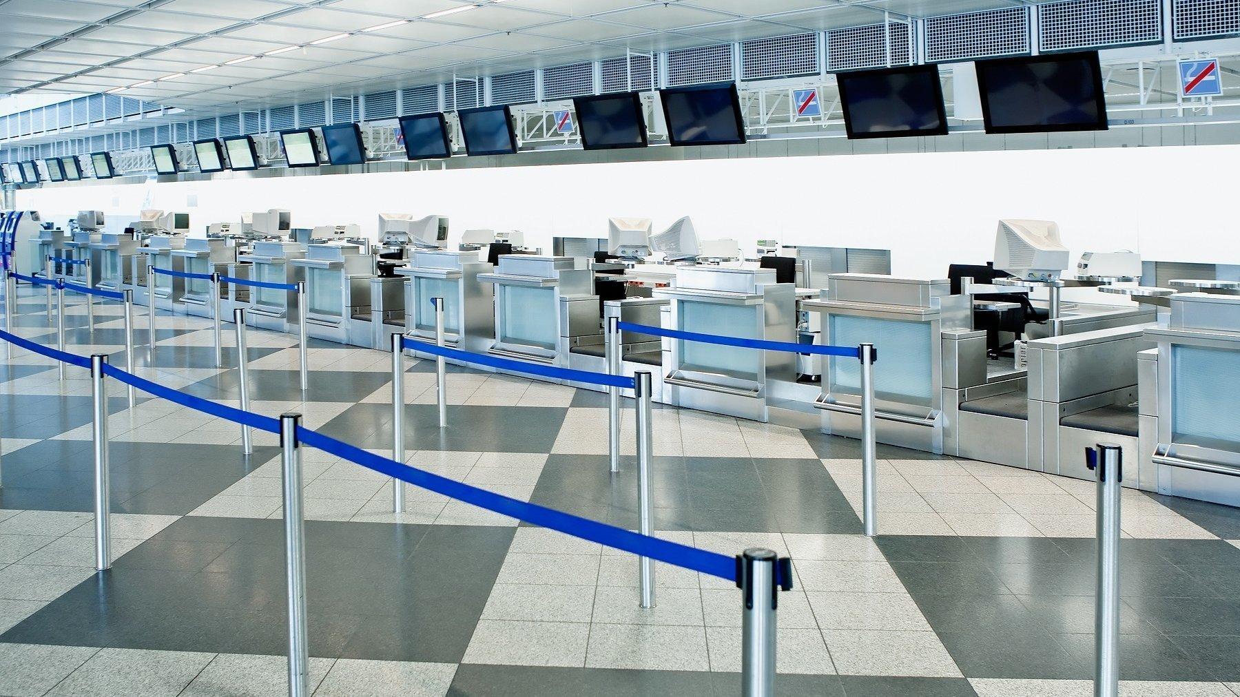 Die öffentliche Check-in-Zone eines Flughafens mit Hindernissen für die Kontrolle der Menschenmenge
