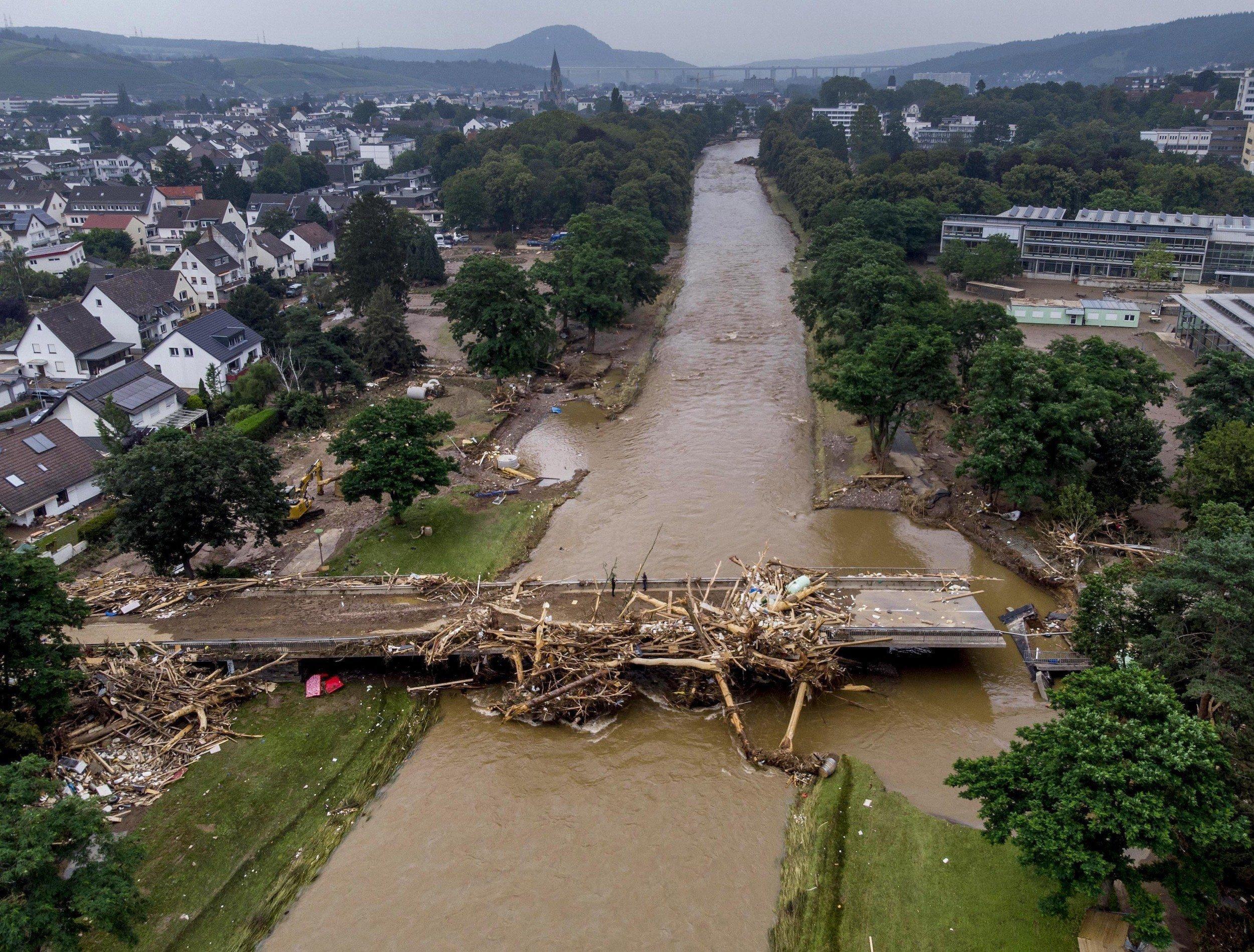 Geradliniger Ahr-Fluss mit stark beschädigter Brücke und dicht bebautem Ufer