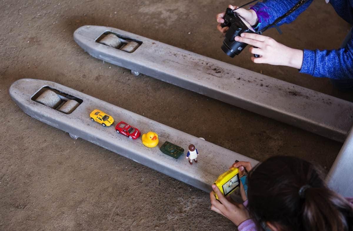 """""""Fotoethik – Der Workshop"""". Spielerisch lernen Kinder den Umgang mit Bildern und Zeitgeschehen. Mit kleinen Figuren wird das Bild des Tank Man nachgestellt."""