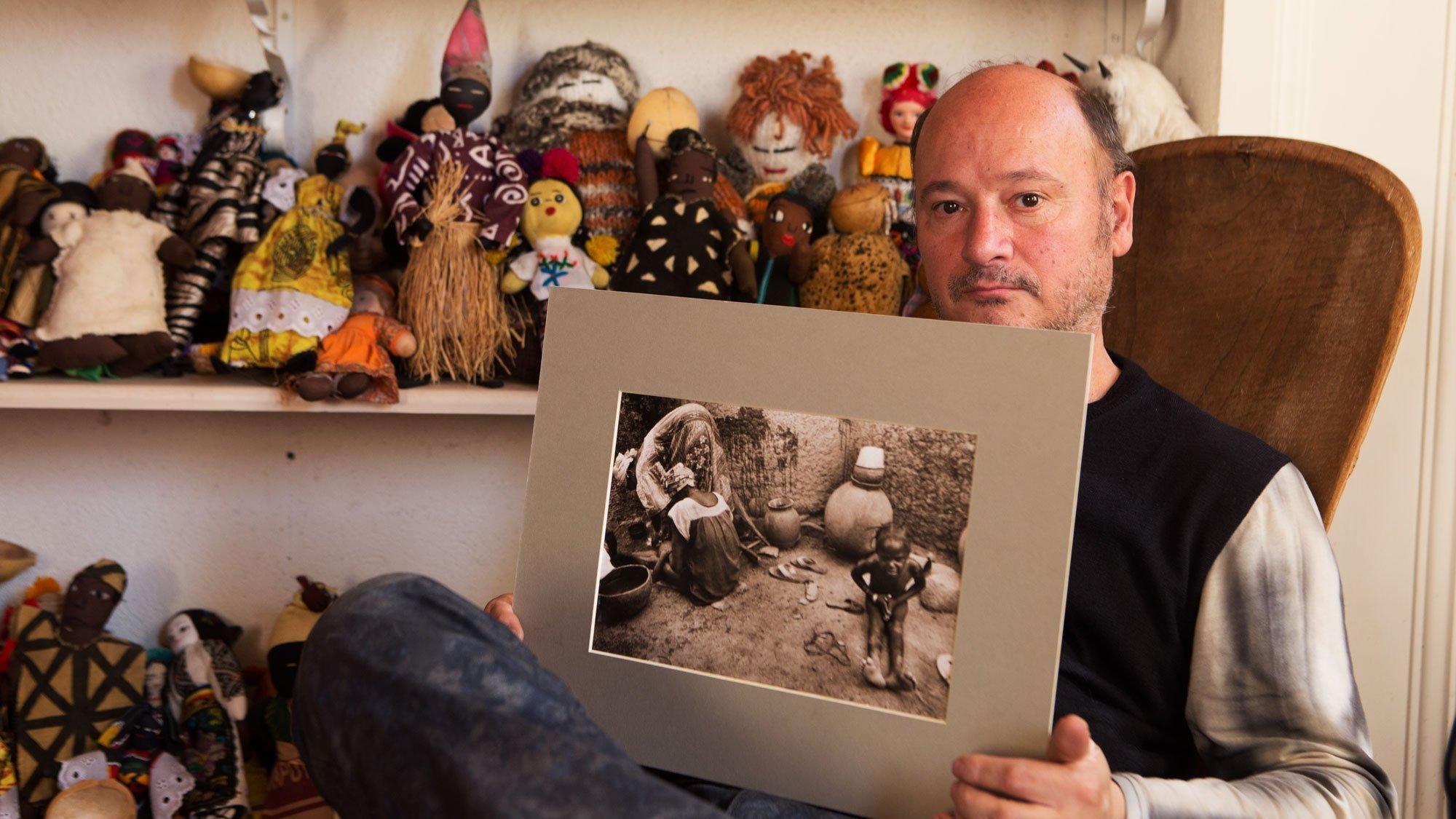 Fotograf Kim Manresa mit seiner Foto-Ikone über Female Genital Mutilation