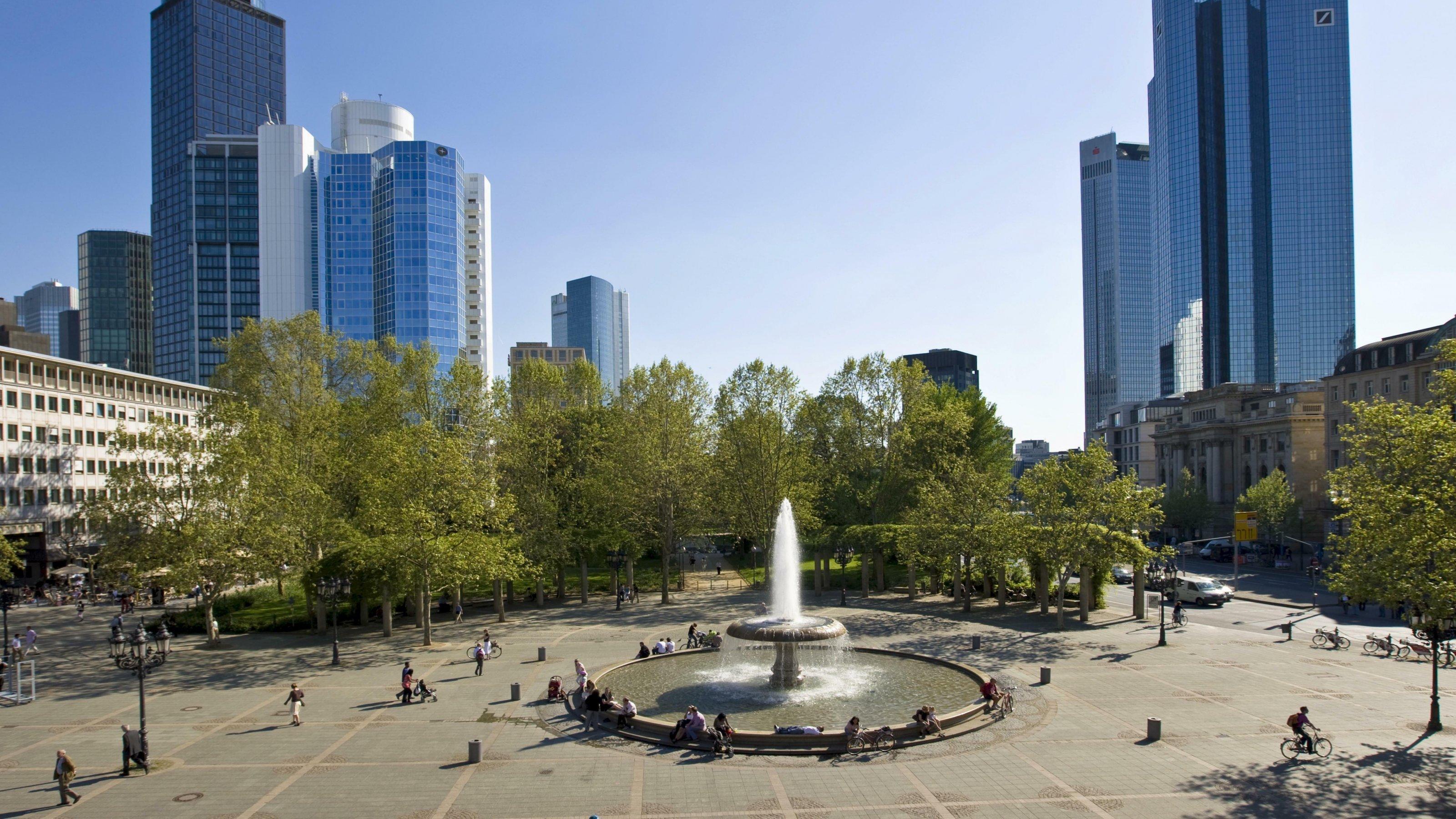 Opernplatz mit Brunnen, hinten Commerzbank und Deutsche Bank, Frankfurt, Hessen, Deutschland, Europa
