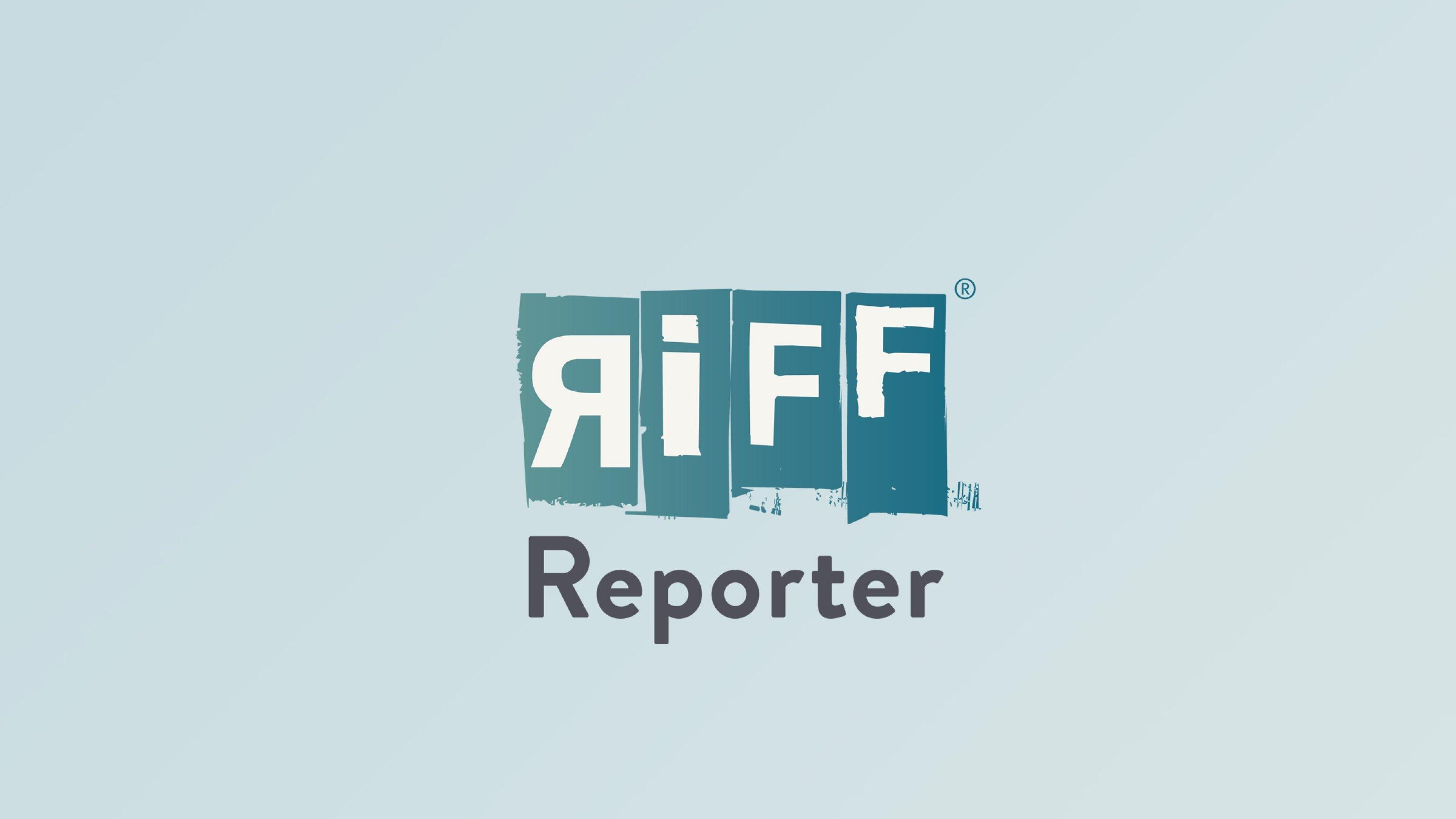 Vor der Freiheitsstatue in New York fährt ein Schiff