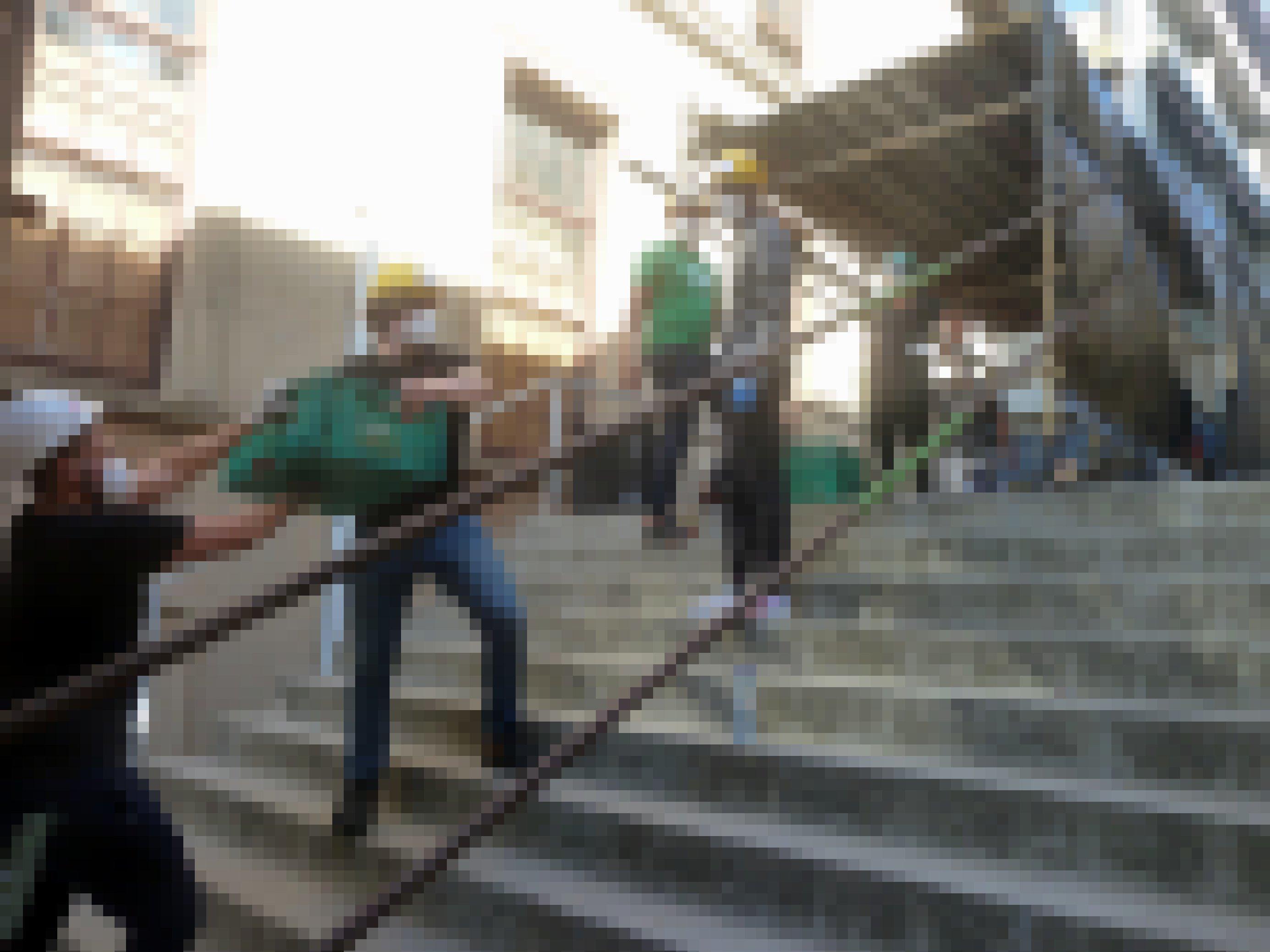 Auf einer Treppe reichen Männer Plastikkisten mit geborgenem Archivmaterial weiter