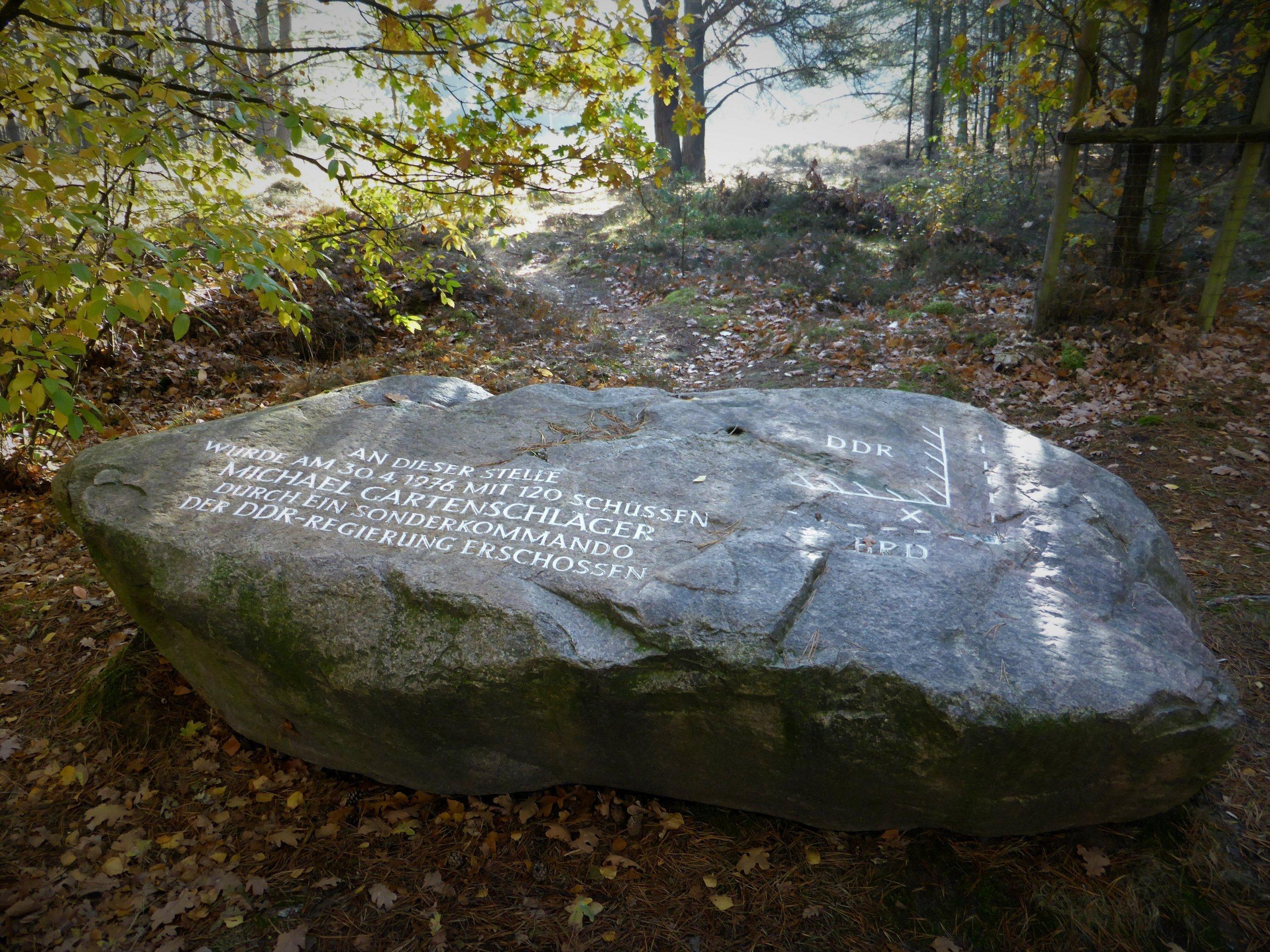 Zu lesen ist auf dem Felsblock: An diser Stelle wurde am 3.4.1976mit 120Schüssen Michael Gartenschläger durch ein Sonderkommando der DDR-Regierung erschossen.