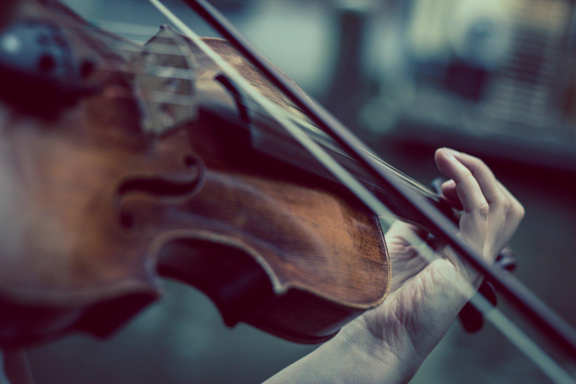Eine Geigenspielerin beim Musizieren.