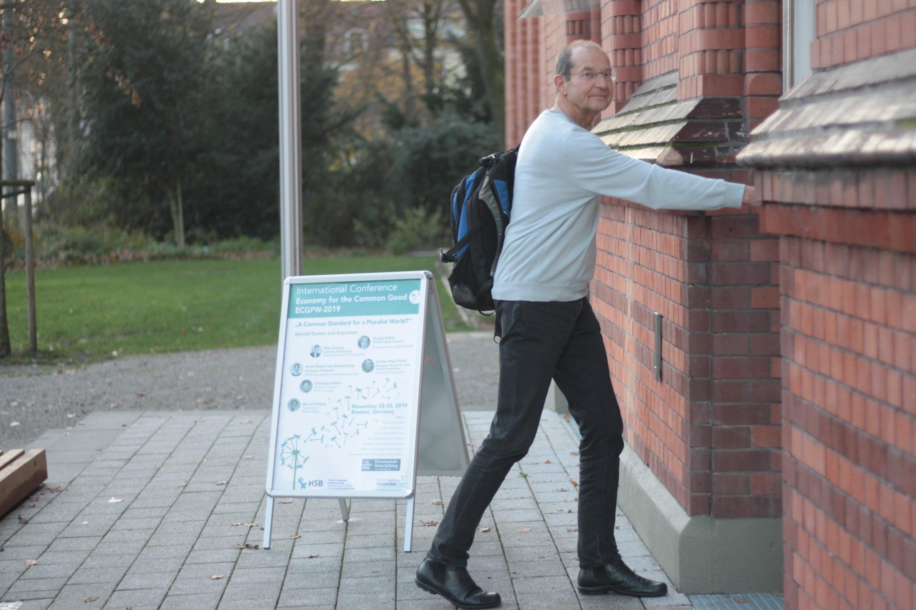 Gerd Hofielen betritt die Hochschule Bremen auf dem Weg zur Gemeinwohl-Ökonomie-Konferenz. Er hat die Gemeinwohl-Matrix mitentwickelt.