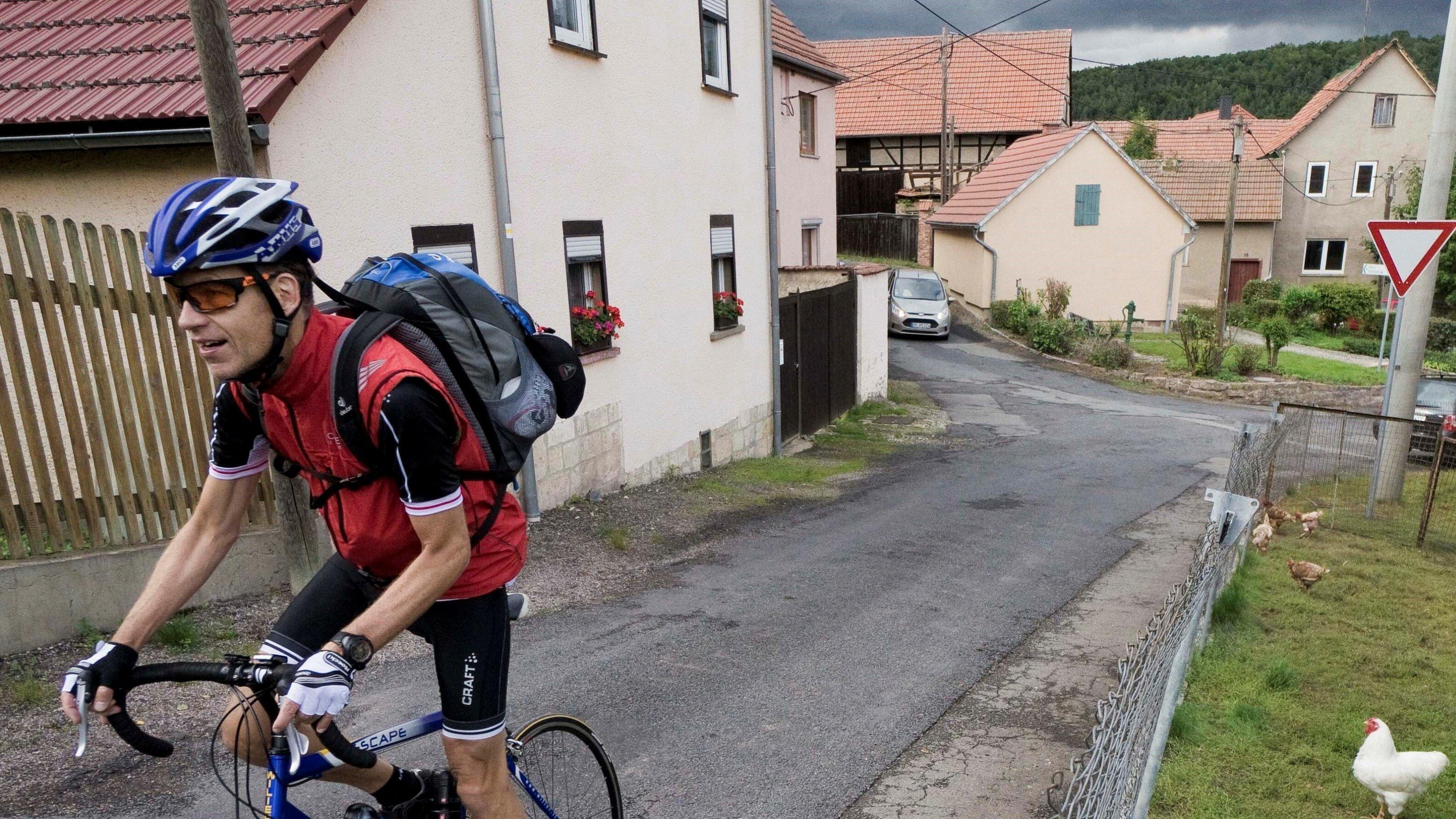 Bei widrigen Wetterverhältnissen steigt der RadelndeReporter in Nauenburg/Thüringen auf einem steilen, schlecht asfaltierten Sträßchen aus dem Sattel.