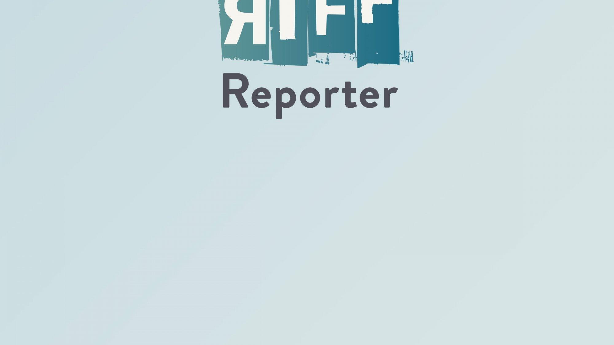 Luftbild einer grünen Hügellandschaft, auf die mit Tiefladern gerade zwei weiße Container und zwei weiße Kuppeln gebracht werden.