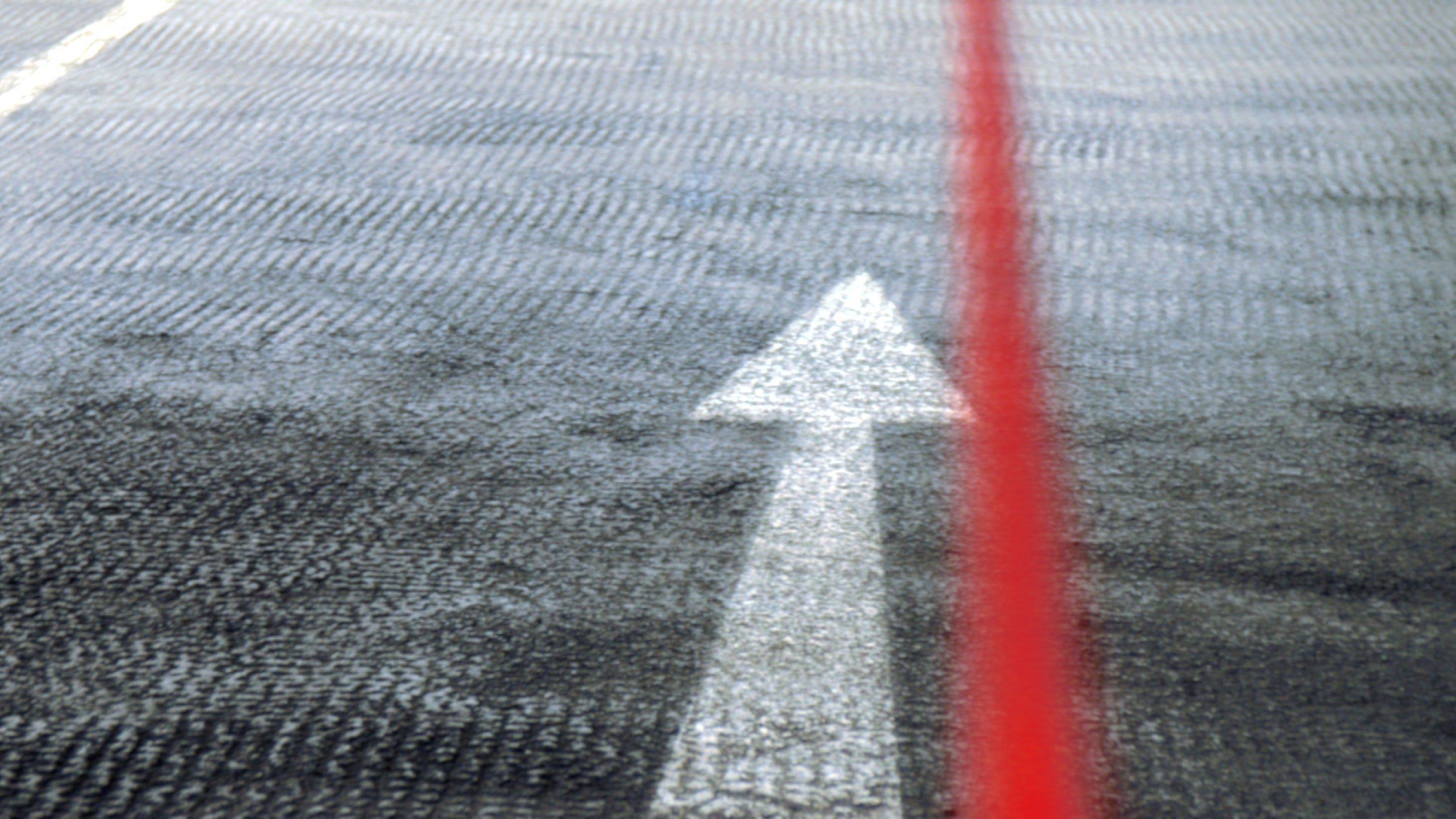 """Header der Rubrik """"Gesundheitsinformationen finden"""": Straßenpfeil mit rotem Faden"""