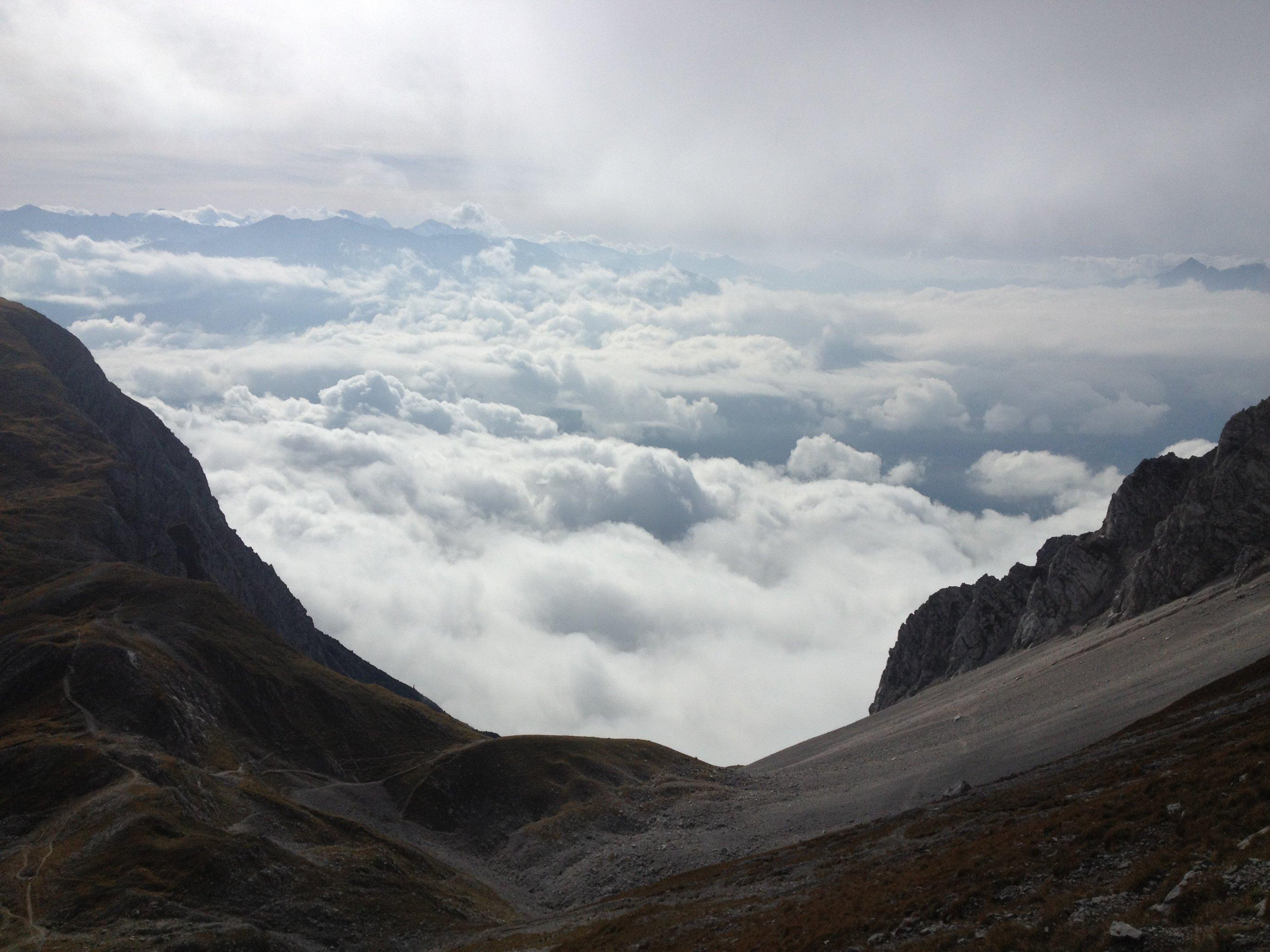 Berglandschaft über einem Wolkenhimmel.