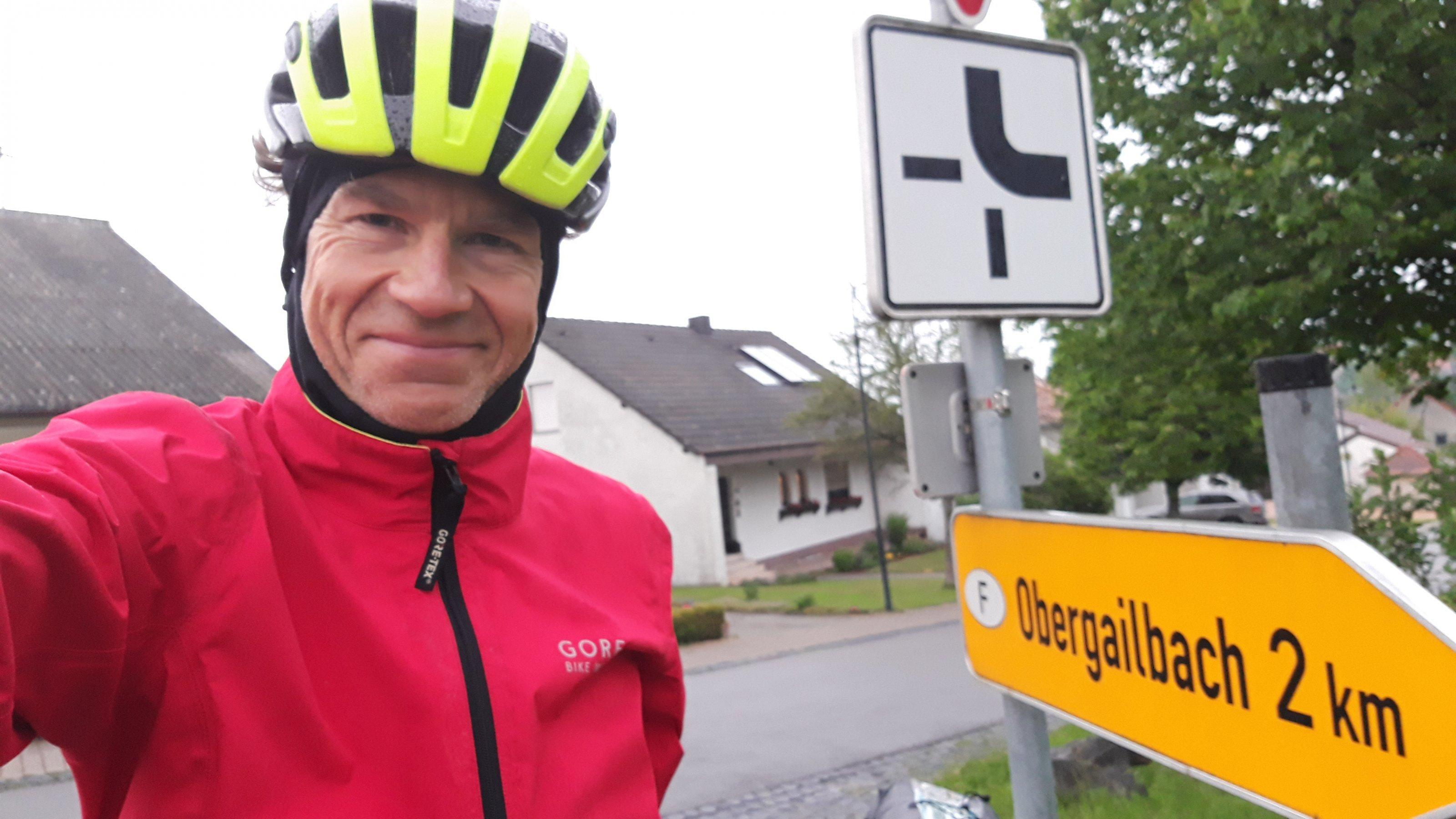 Selbstporträt des Autors am letzten Dorf auf saarländischer Seite, vor dem Hinweisschuld richtung Obergailbach.