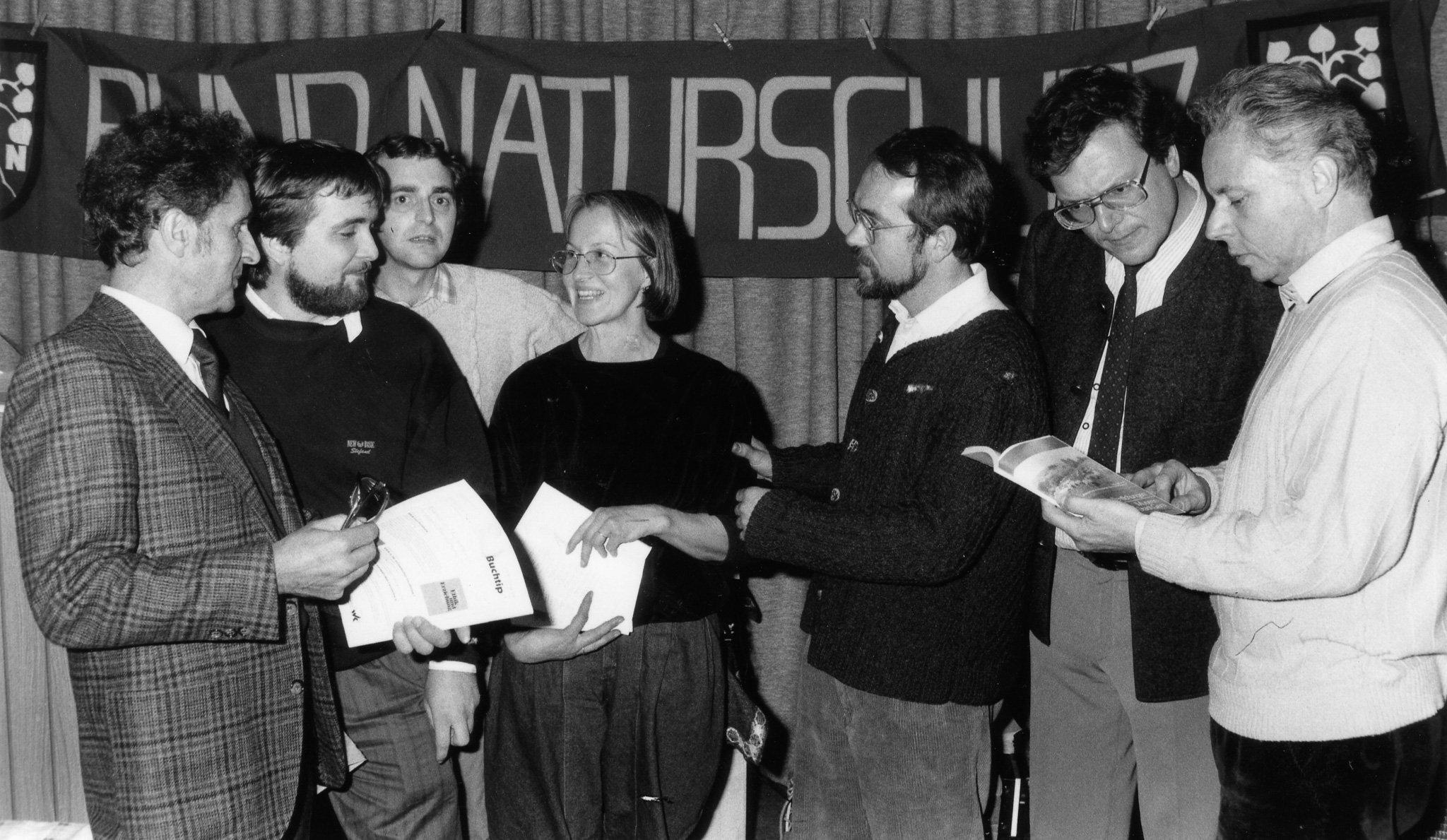 Das Bild zeigt eine Gruppe von Menschen, es ist eines der ersten Treffen von Umweltschützern aus Ost und West.