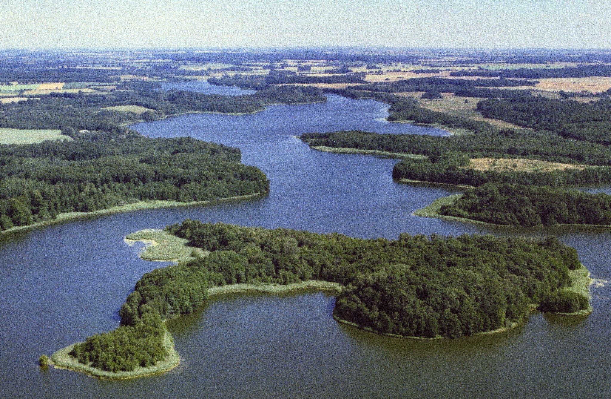Der Nordteil des Schaalsees aus der Luft. See und bewaldete Inseln bilden ein Mosaikmuster.
