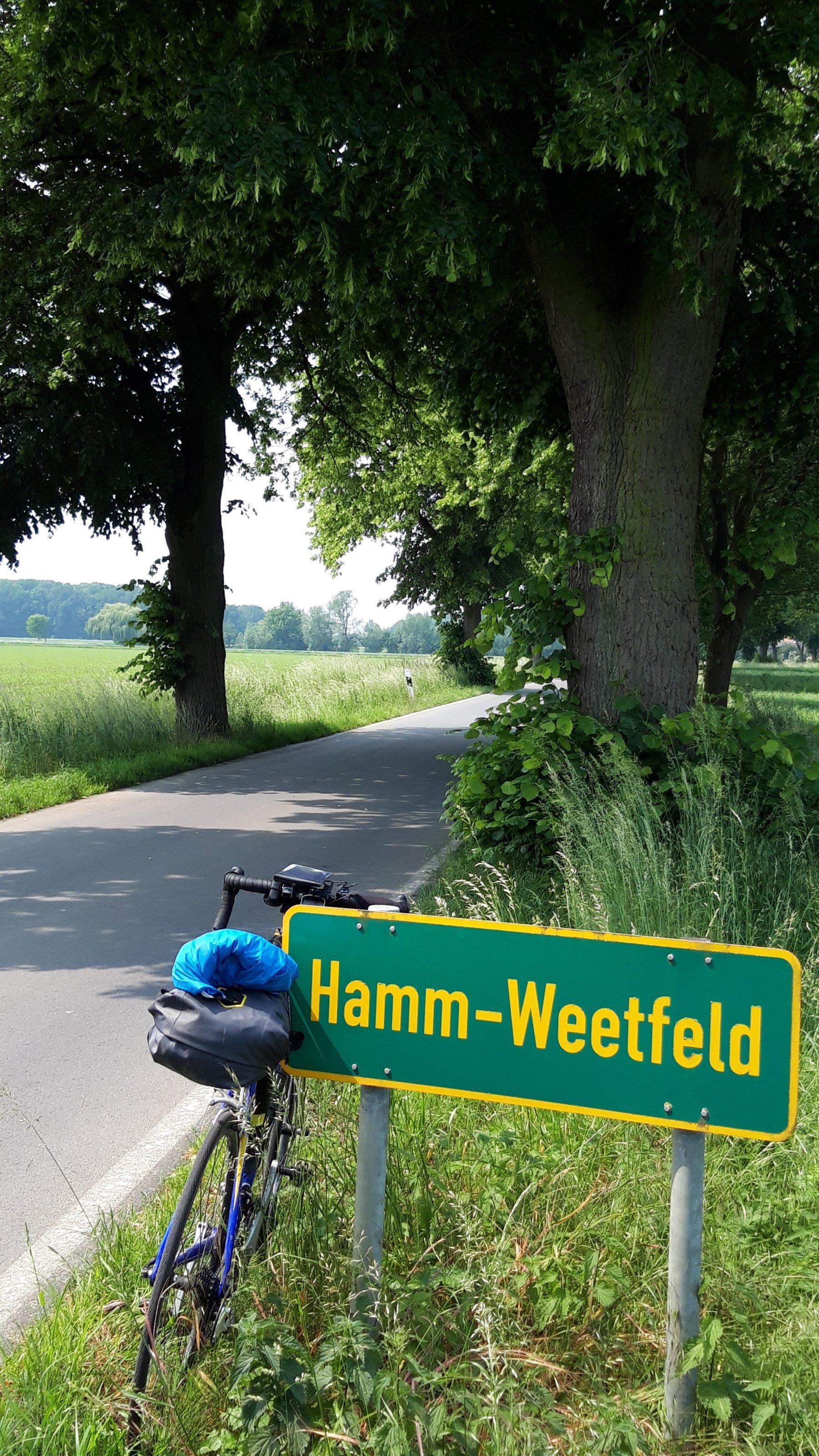 Das Vehikel des RadelndenReporters am Ortsschild Hamm-Weetfeld im äußersten Osten des Ruhrgebiets.
