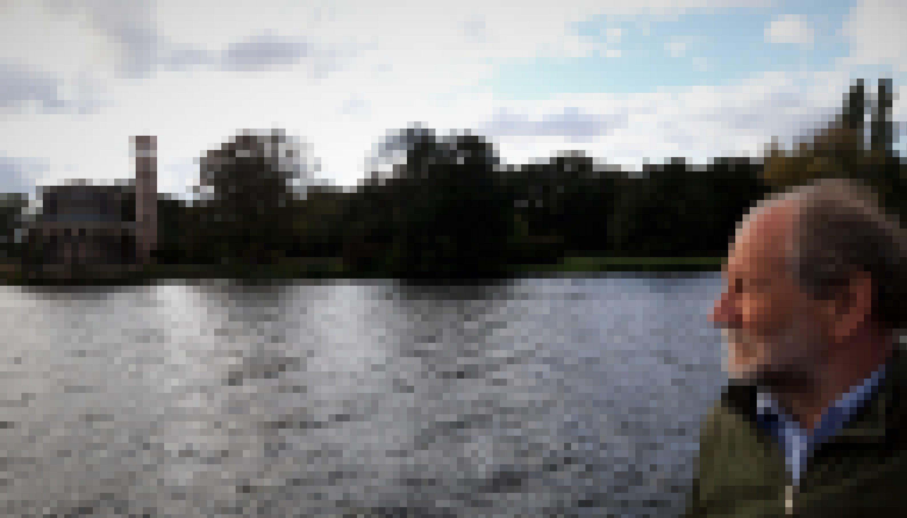 Michael Cramer hat, mit windzerzaustem Haar, seinen Blick vorbei an der Kirche, gen Potsdam gerichtet.