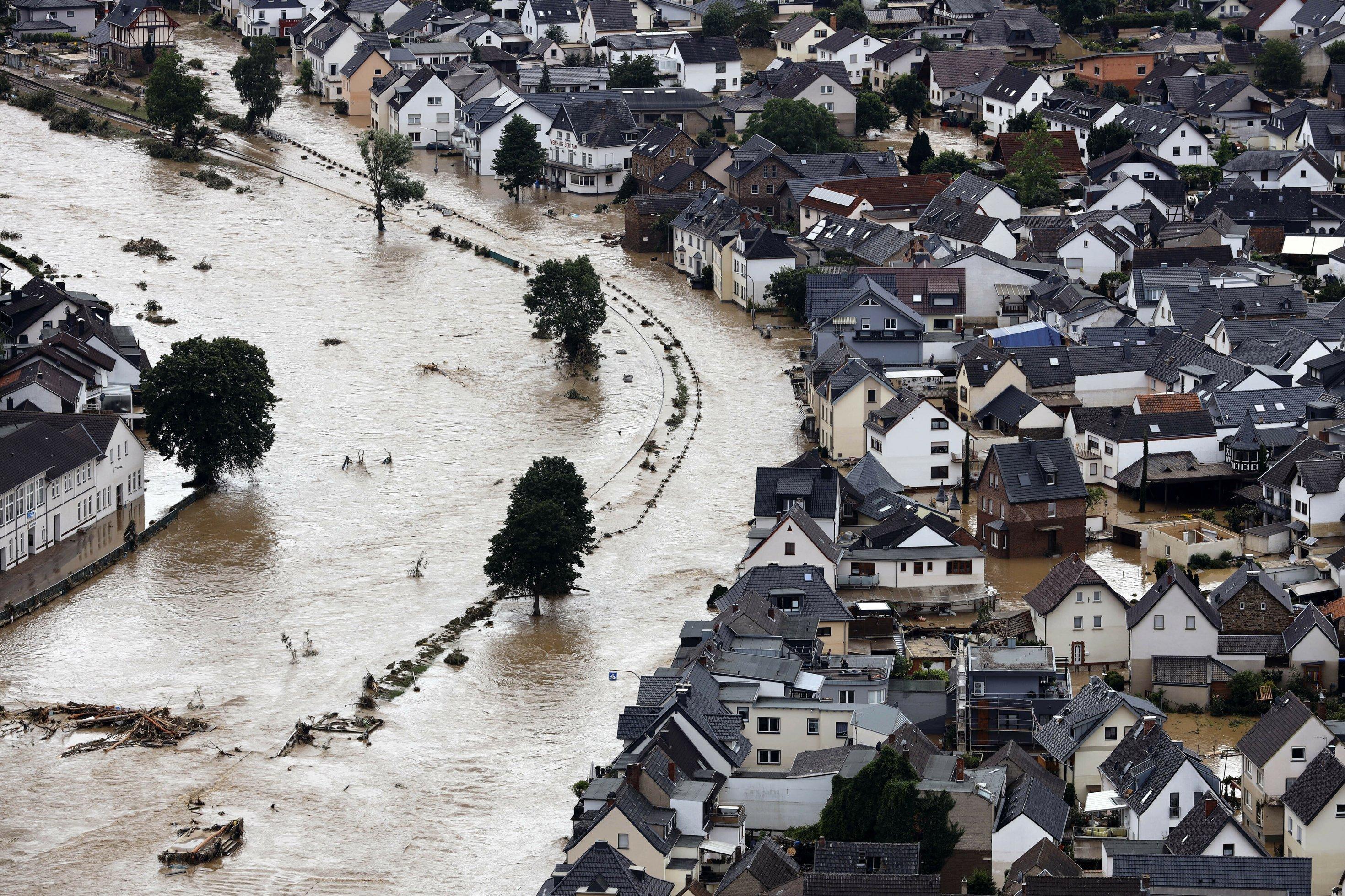 Viele Häuser des Ortes Dernau stehen nach Überflutungen an der Ahr  im Wasser.