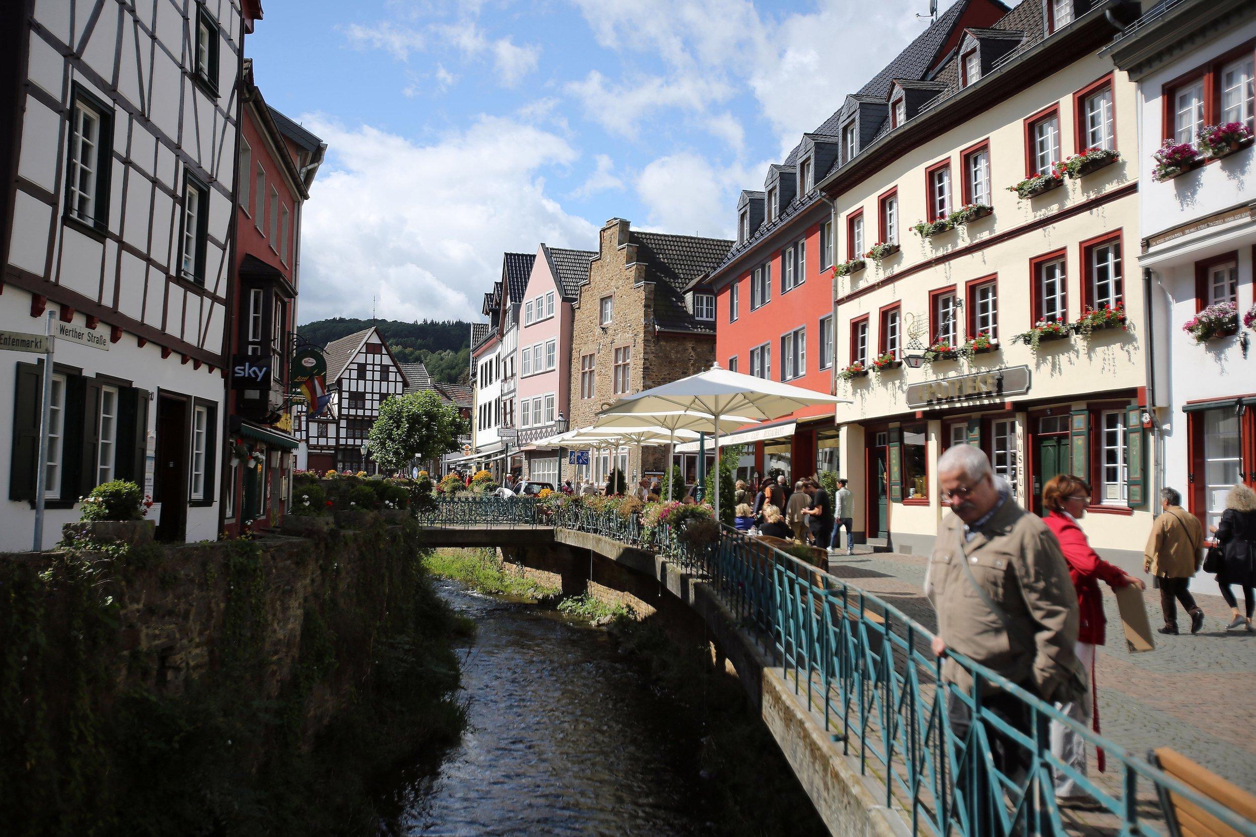 Idyllisches Kleinstadt, durch die der Fluss Erft fließt.