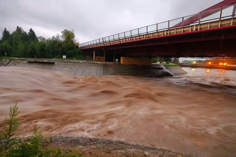 Braunes Hochwasser schießt einen Fluss hinunter