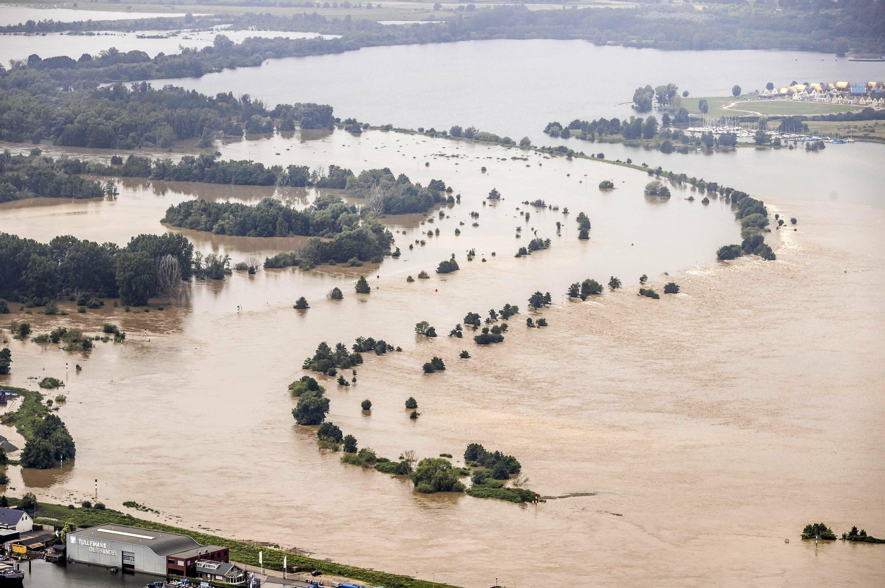Weiträumig überschwemmmte Landschaft