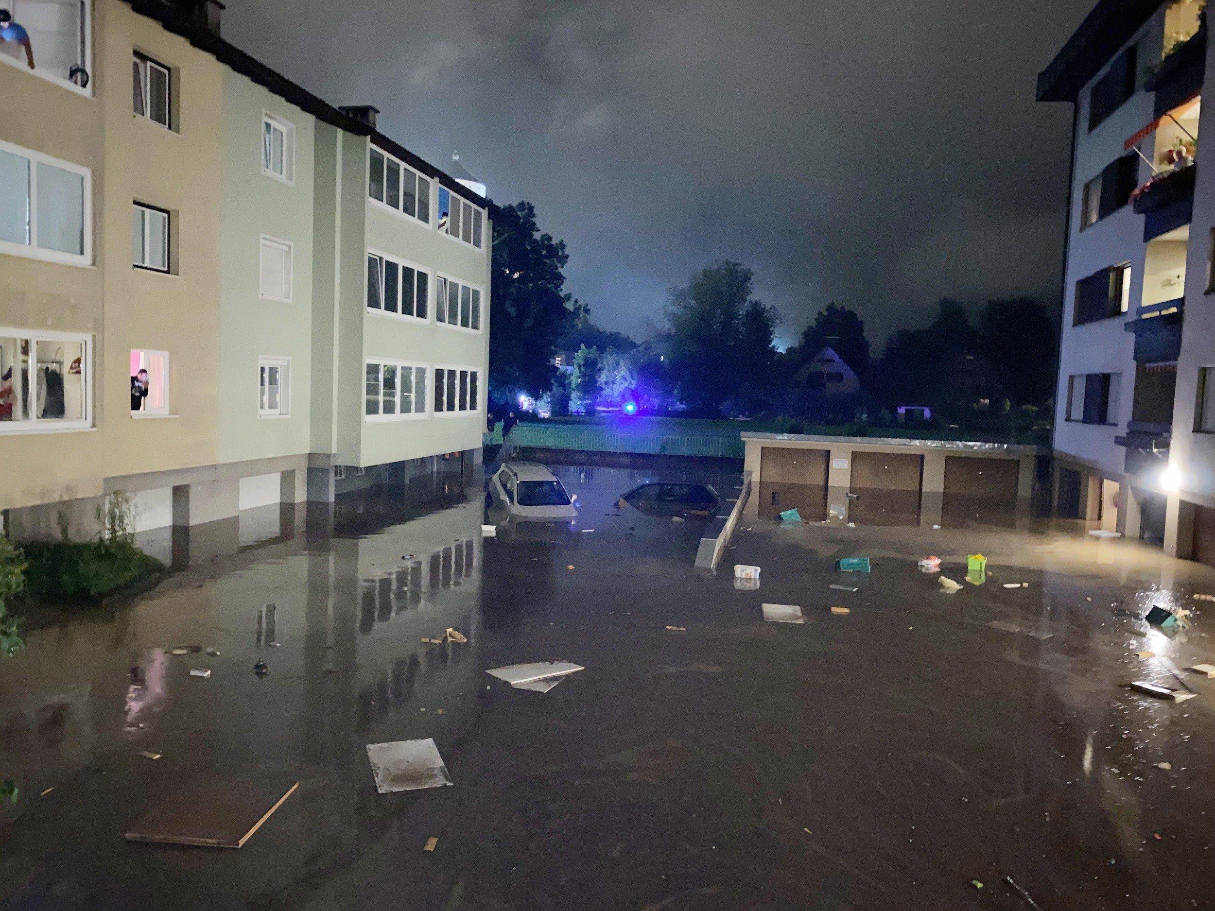 Überschwemmtes Wohnviertel bei Nacht im Blaulicht