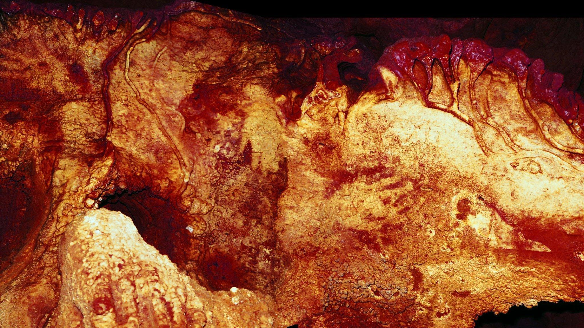 Mit rötlichen Farben brachten Neandertaler vor mehr als 64.000Jahren Umrisse von drei Händen auf die Wände der Höhle von Maltravieso im Westen Spaniens.
