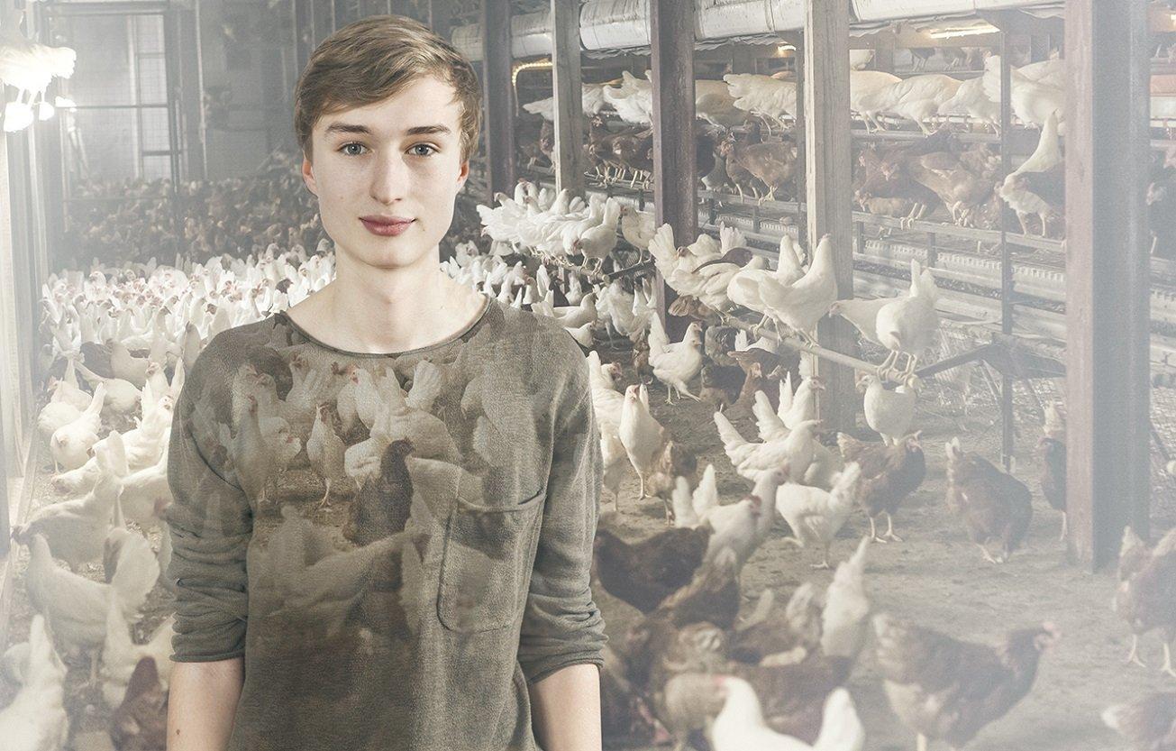 In dieser Fotomontage steht eine junge Frau vor einem Hühnerstall.