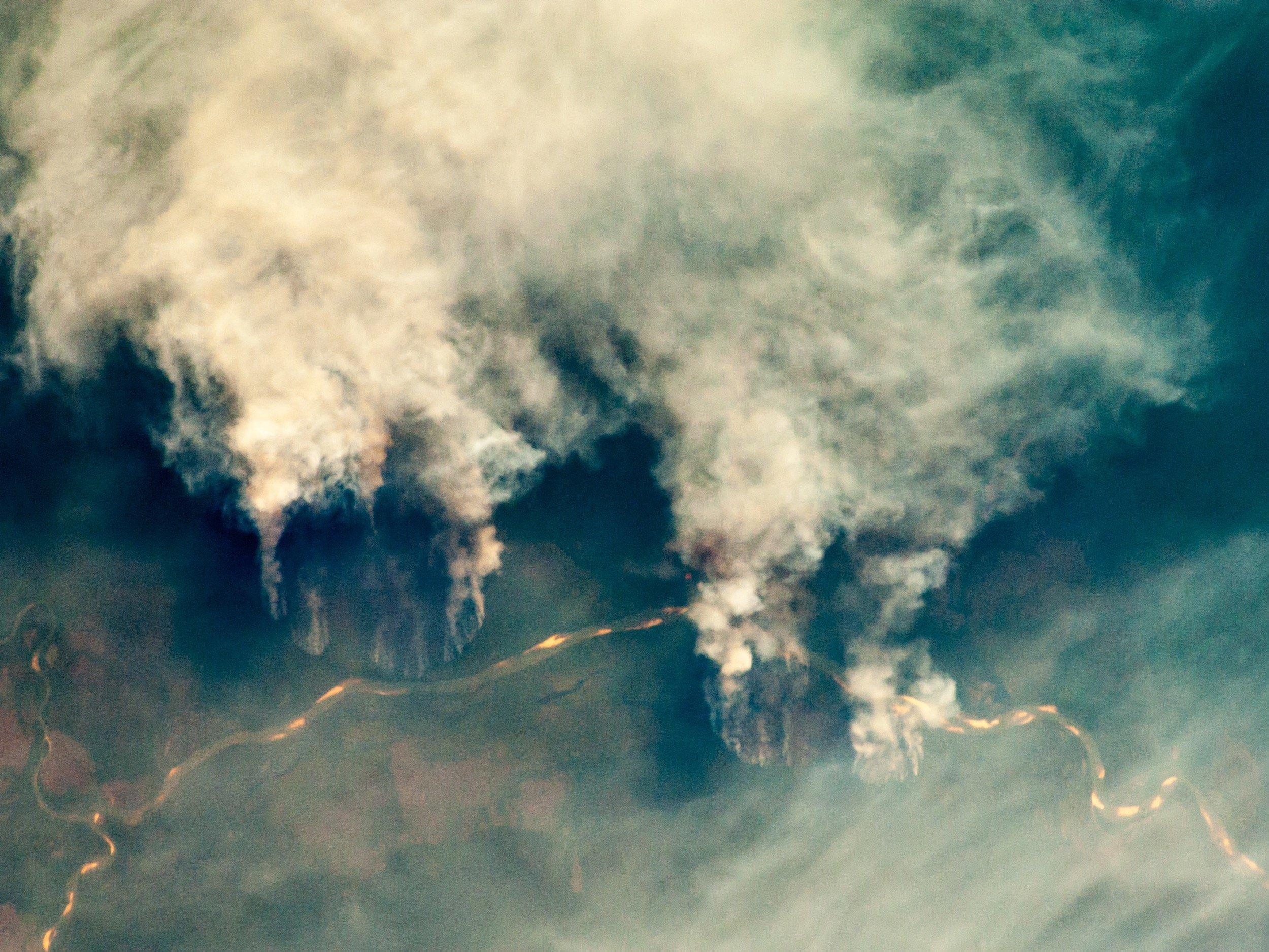 Luftaufnahme des brennenden Amazonas. Man sieht die enorme Rauchentwicklung.