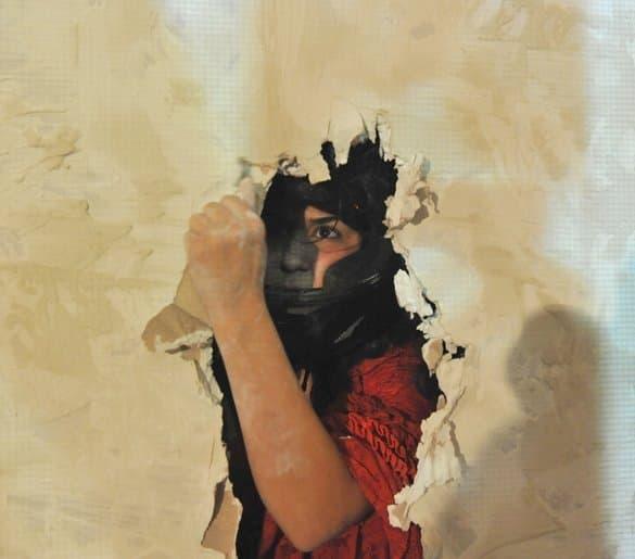 """Sahar Rahimi spielt in """"Der Glöckner von Notre Dame"""" und bricht offenbar gerade durch eine Wand. Mit einem Arm ist sie schon durch. Sie trägt eine Art Boxhelm."""
