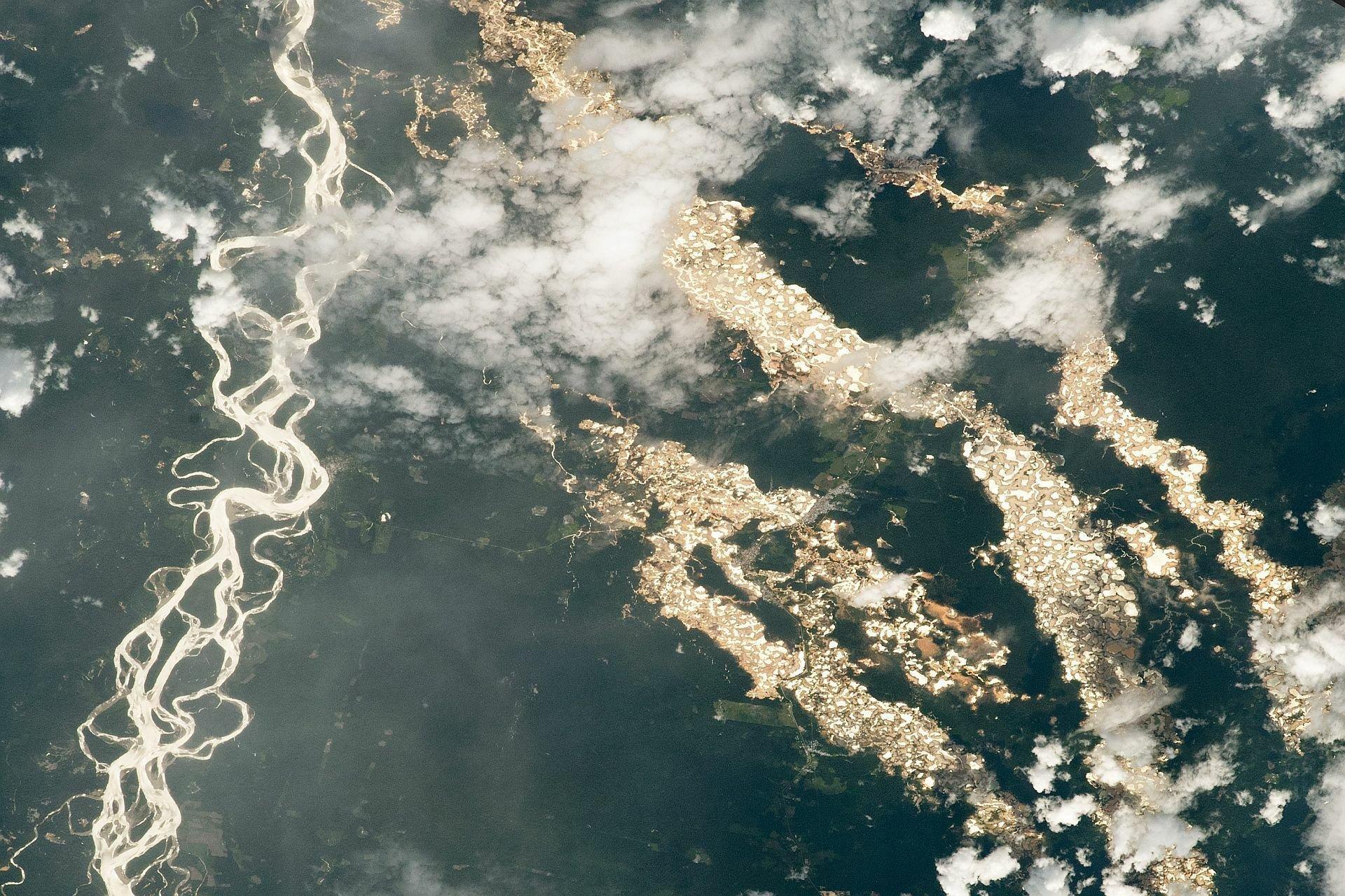 """Das Foto der NASA aus dem All zeigt die """"Goldflüsse"""" im peruanischen Amazonas. Es sind in Wirklichkeit Gruben, die höchstwahrscheinlich von nicht lizenzierten Bergleuten gegraben wurden."""