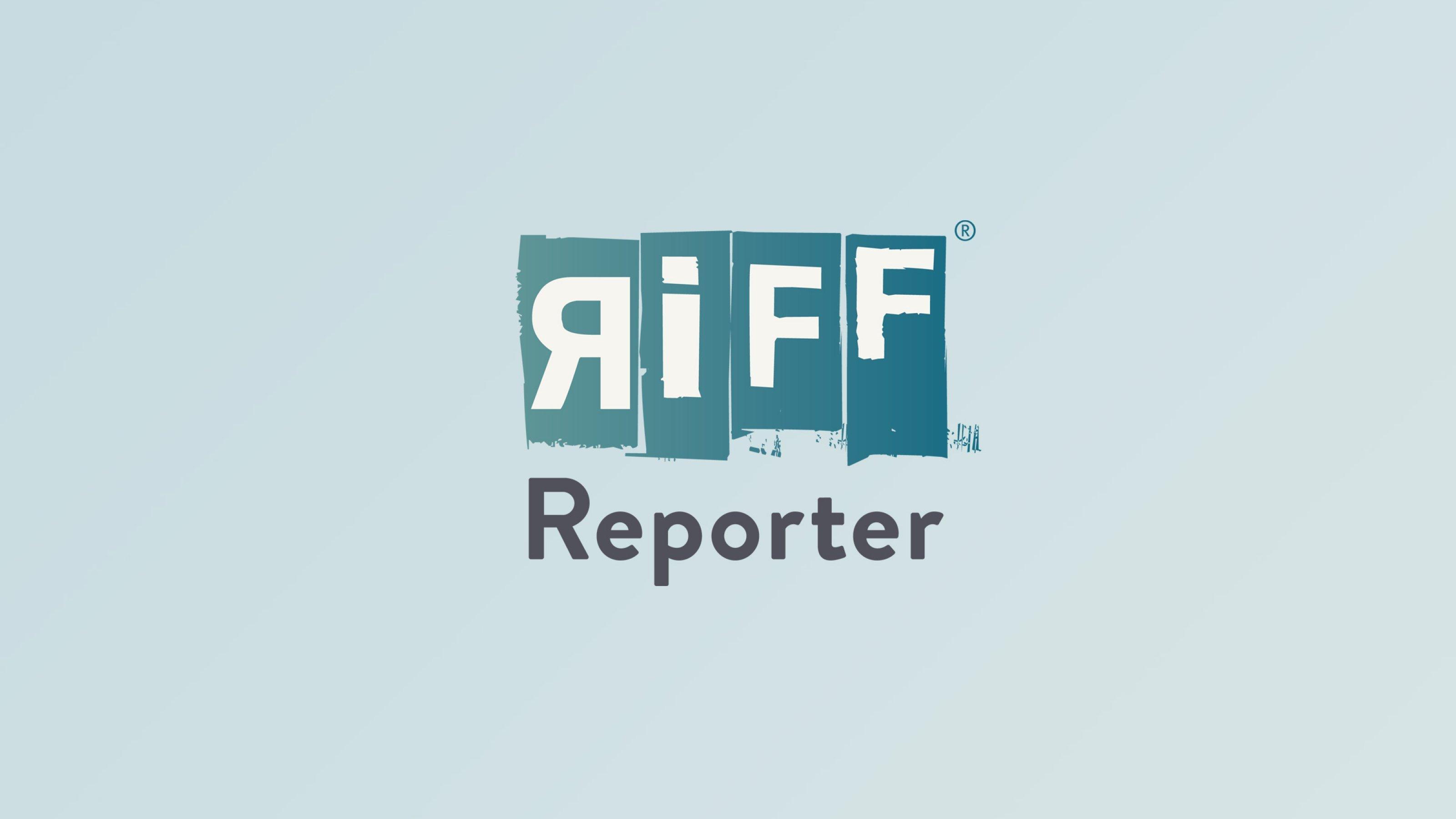 Eine junge indigene Frau vom Volk der Waorani mit einer dunkelroten Jacke und einem roten, selbst genähten Mundschutz blickt in die Kamera. Hinter ihr der Wald des Yasuní-Nationalparks, Ecuador.