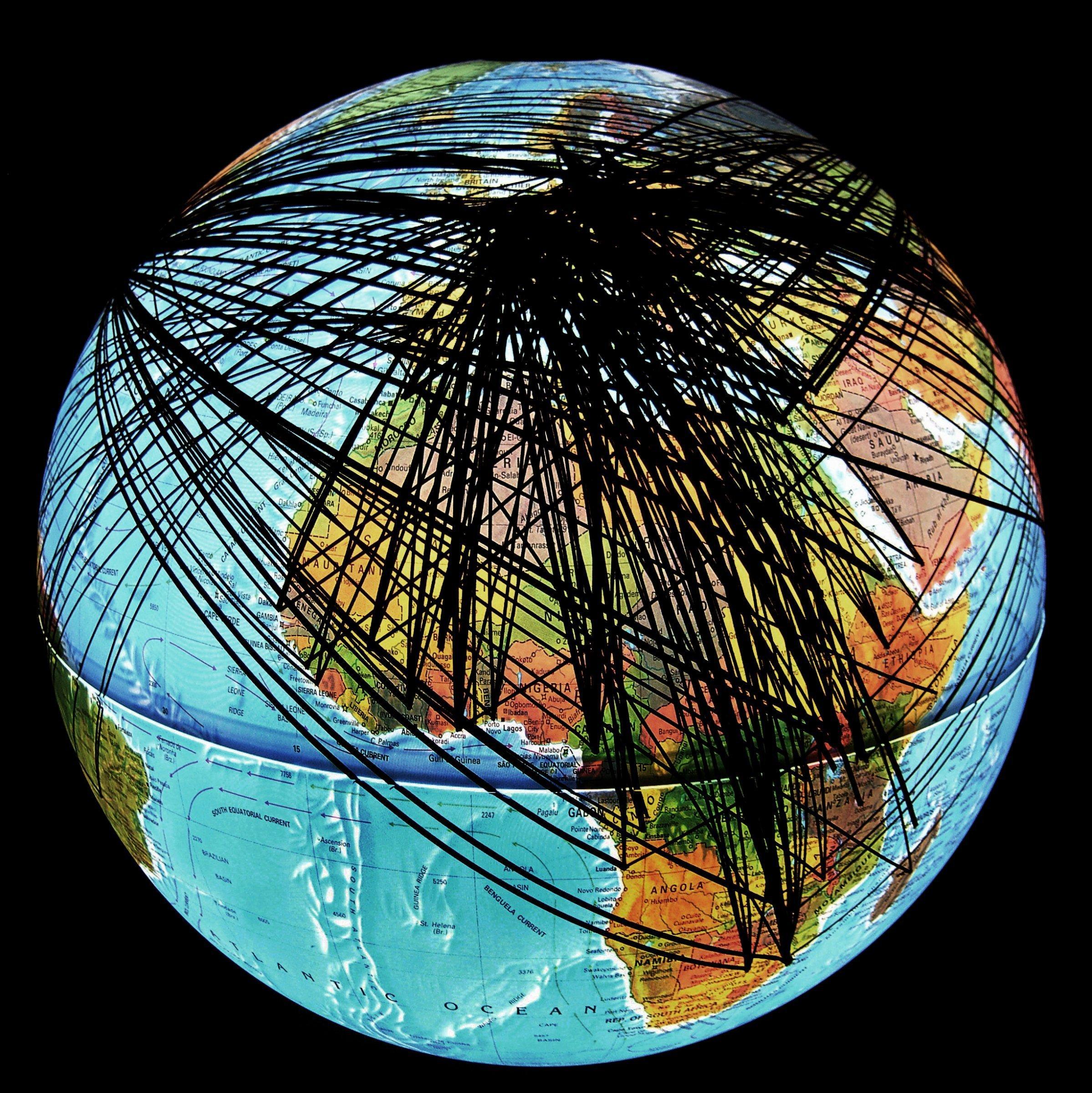 Globus des Künstlers Ingo Günther. Darauf sind schwarze Linien eingezeichnet.
