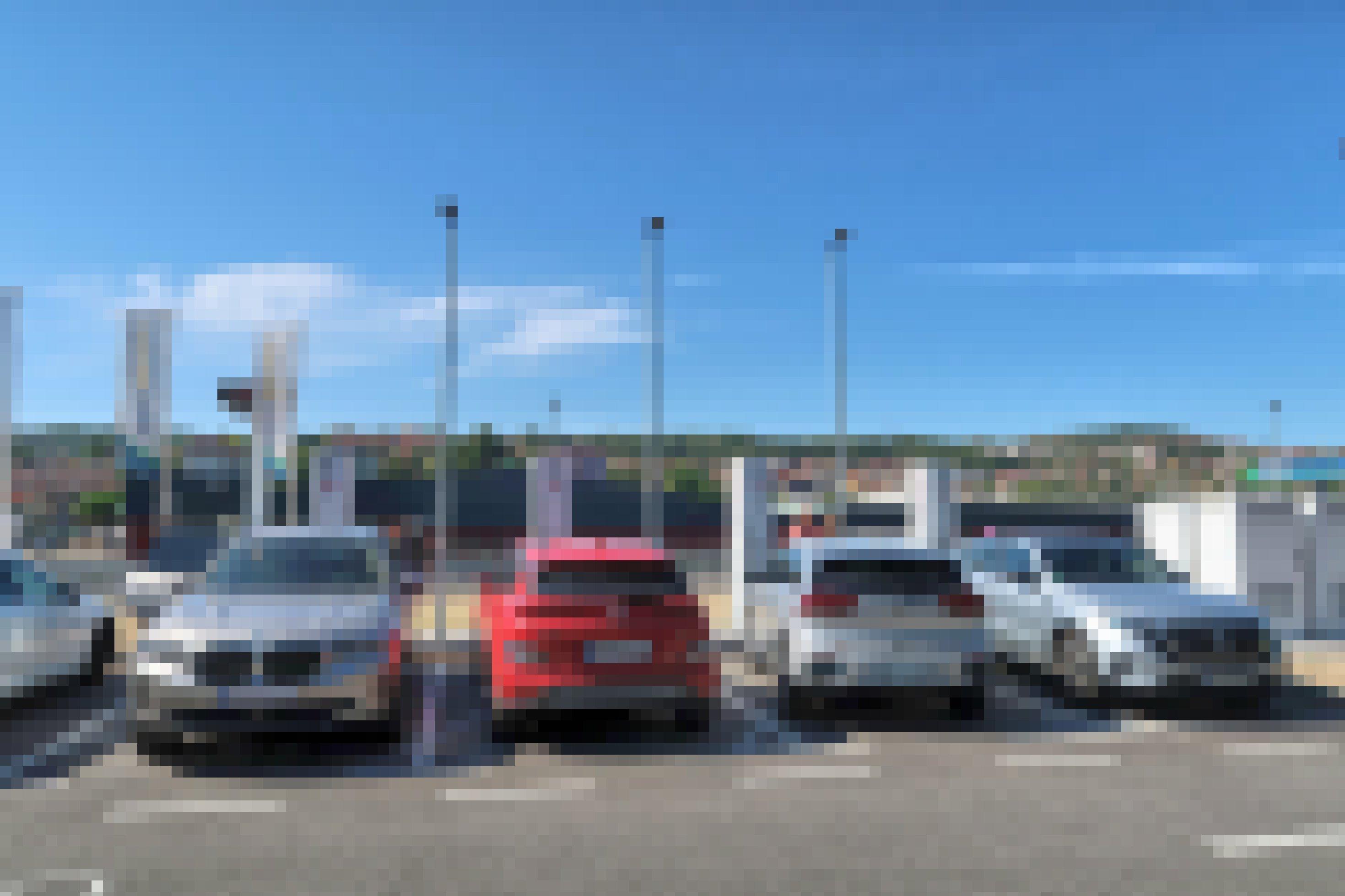 Vier Elektroautos laden nebeneinander Strom auf einem Parkplatz