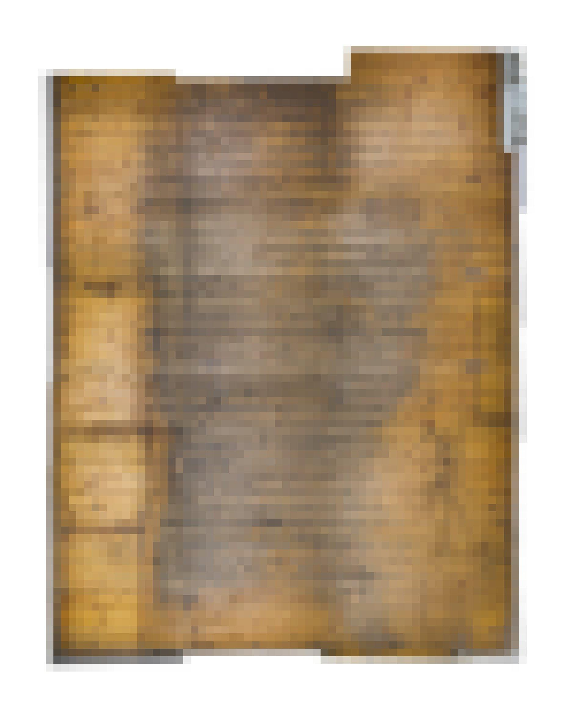 Breite, dunkle Bahnen auf dem Holz zeigen an, wo sich die Besucherïnnen zwischen den Vitrinen bewegt haben.