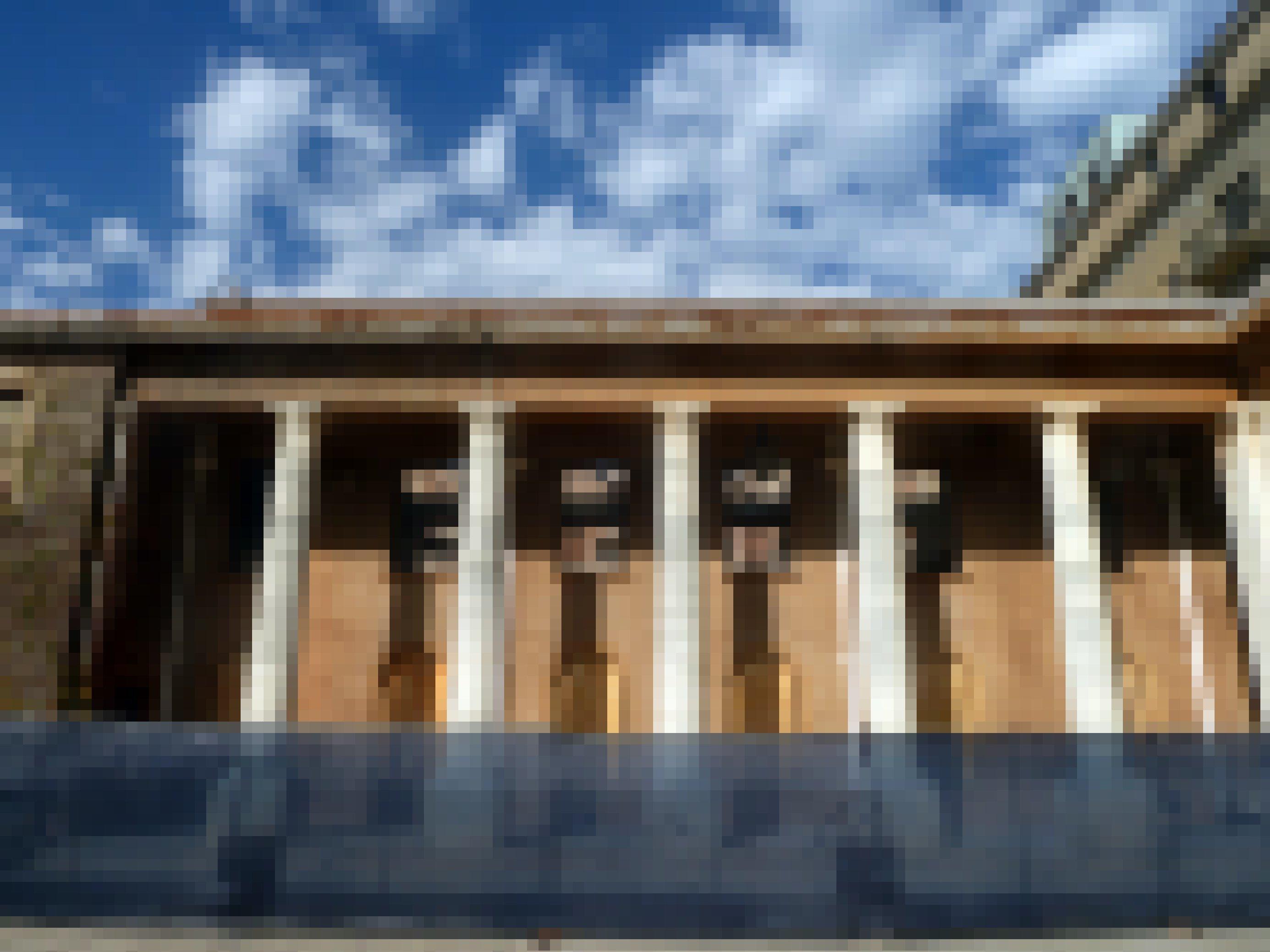 Geblieben sind nur die Säulen des historischen Gebäudes, es ist abgesperrt, die Fenster vernagelt