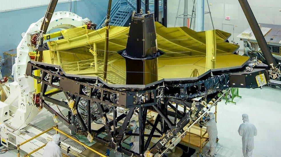 James-Webb-Teleskop im Reinraum mit seinen goldenen Spiegelelementen