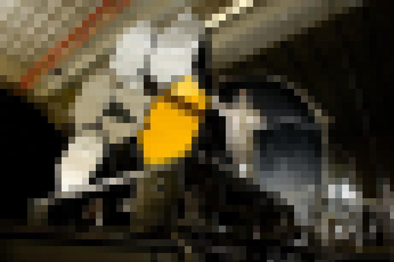 Spiegelsegmente des James-Webb-Teleskops mit Techniker