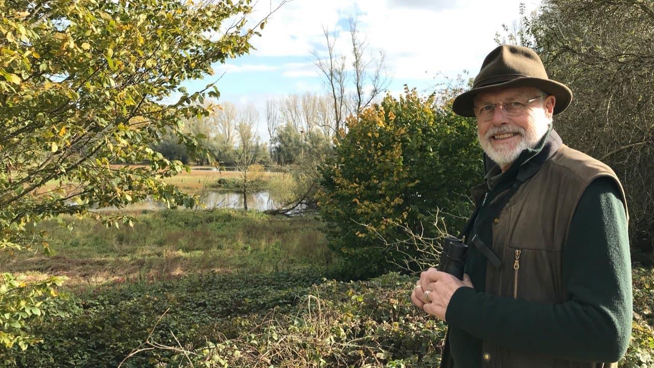 Der Gänseforscher Dr. Johan Mooij steht vor der Auenlandschaft auf der Bislicher Insel bei Xanten.