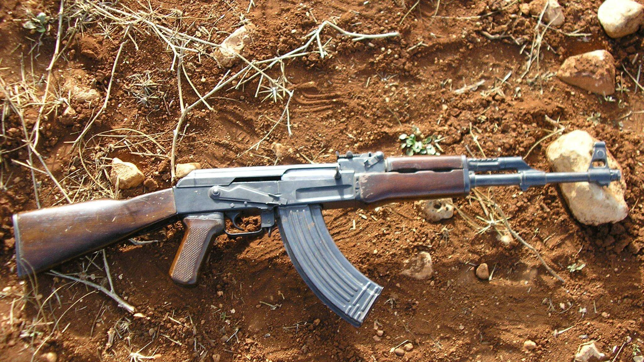Eine Kalashnikov auf dem Boden.