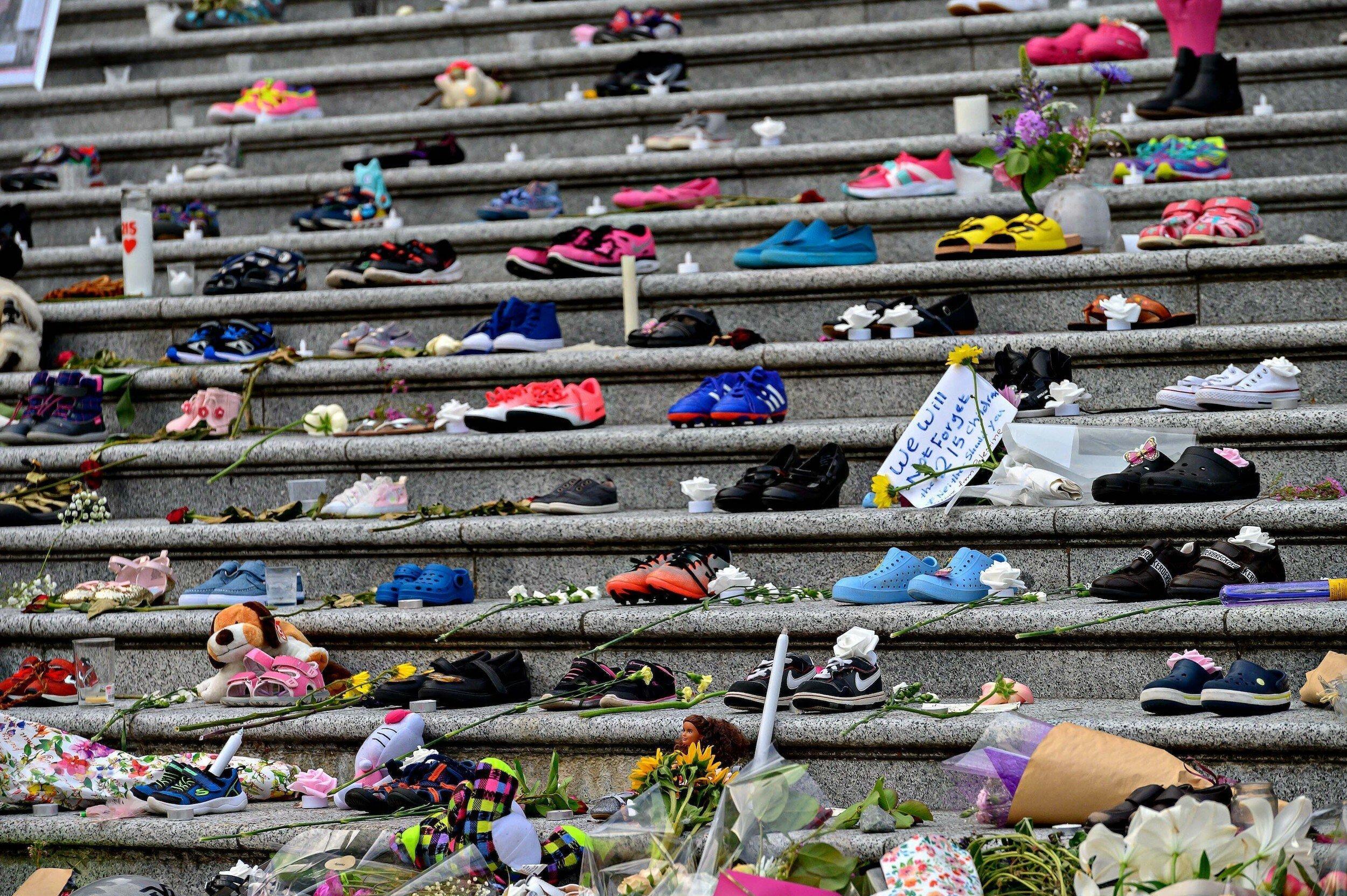 Kinderschuhe stehen zum Protest auf den Stufen des Museums