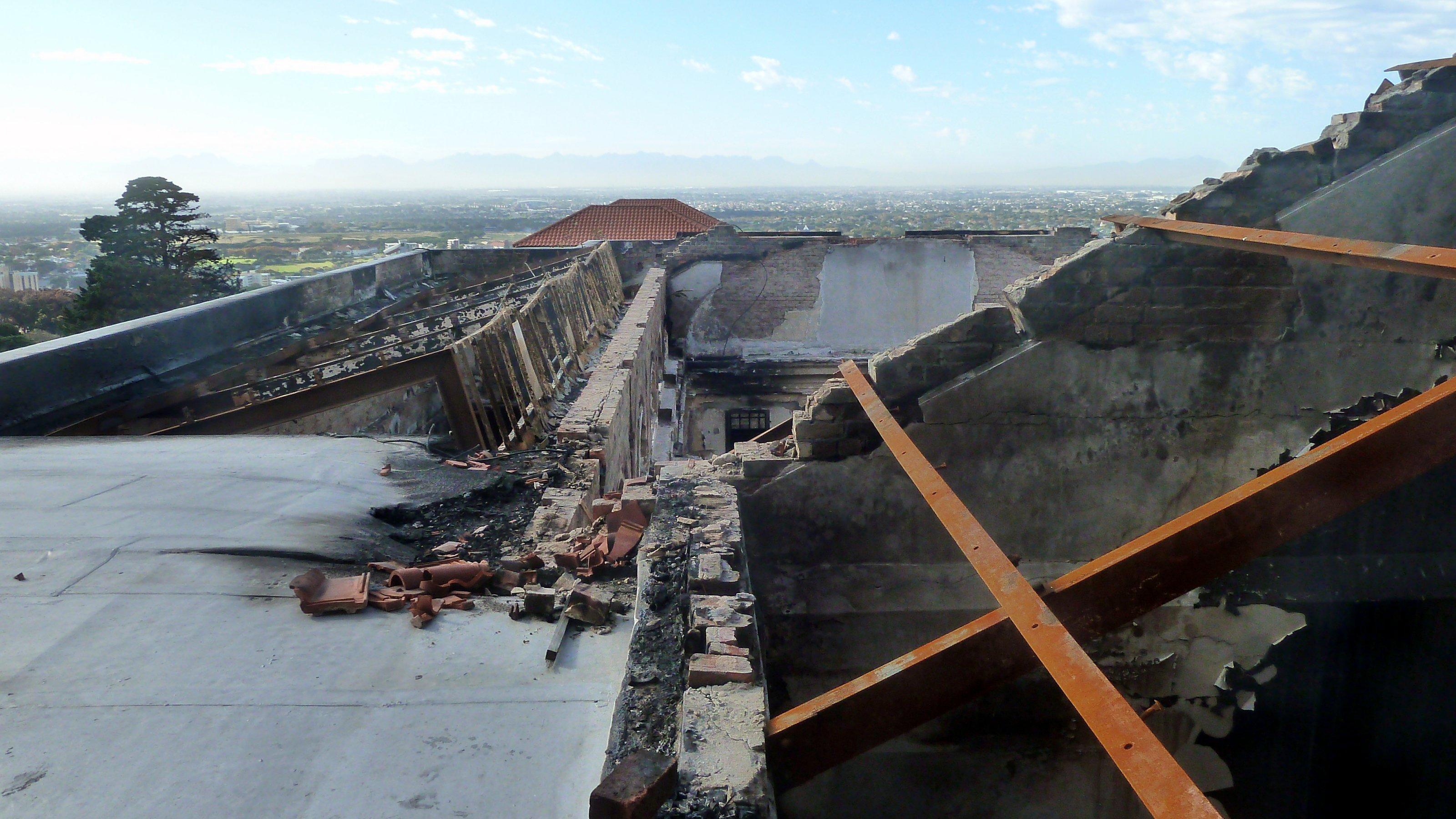 Die Mauern sind verußt, das Dach der Bibliothek ist verbrannt